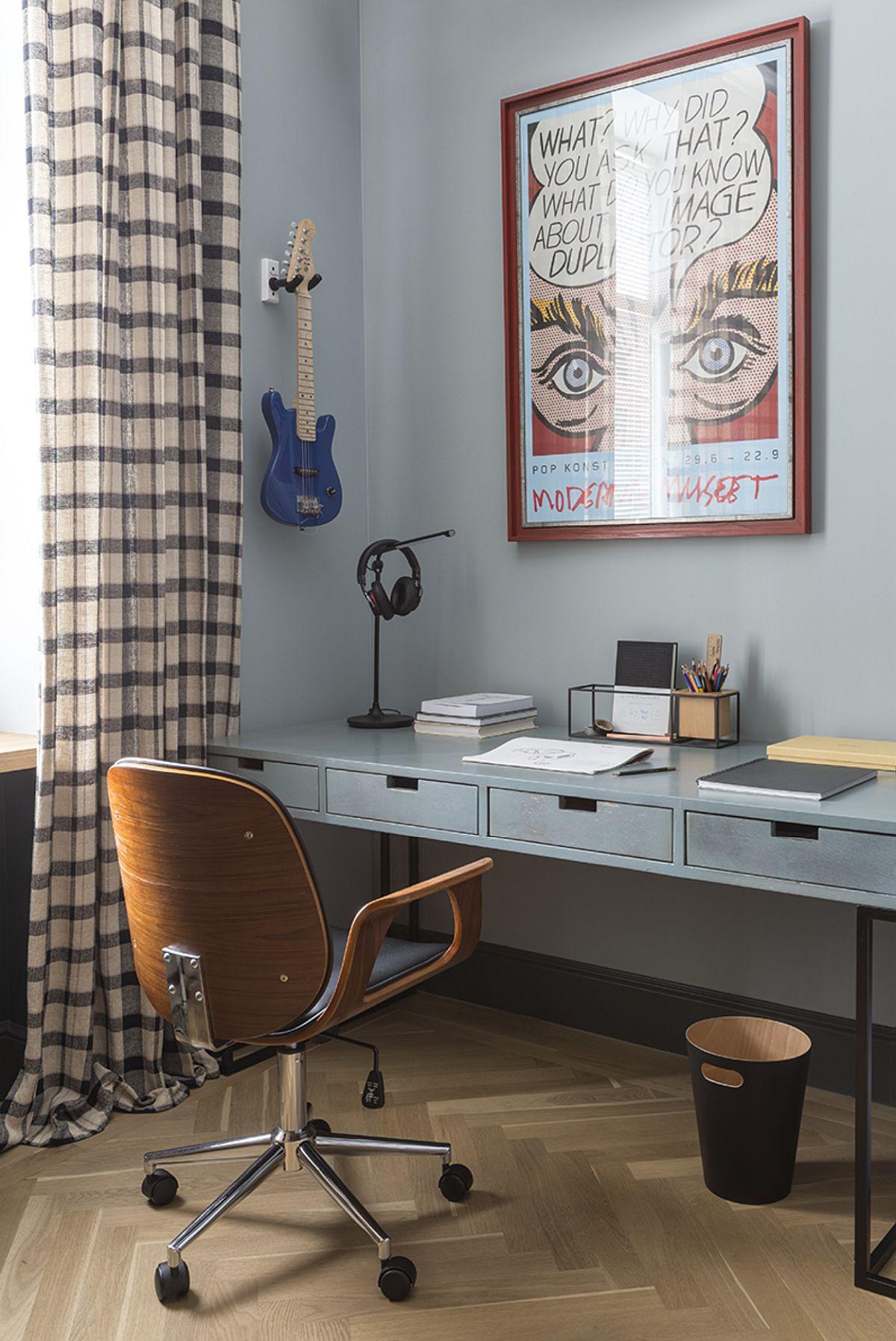 Al doilea birou este configurat către fereastră și este gândit mai lung pentru ca la masă să aibă loc ambii frați, având în vedere că unul dintre birouri este destinat studiului muzicii.