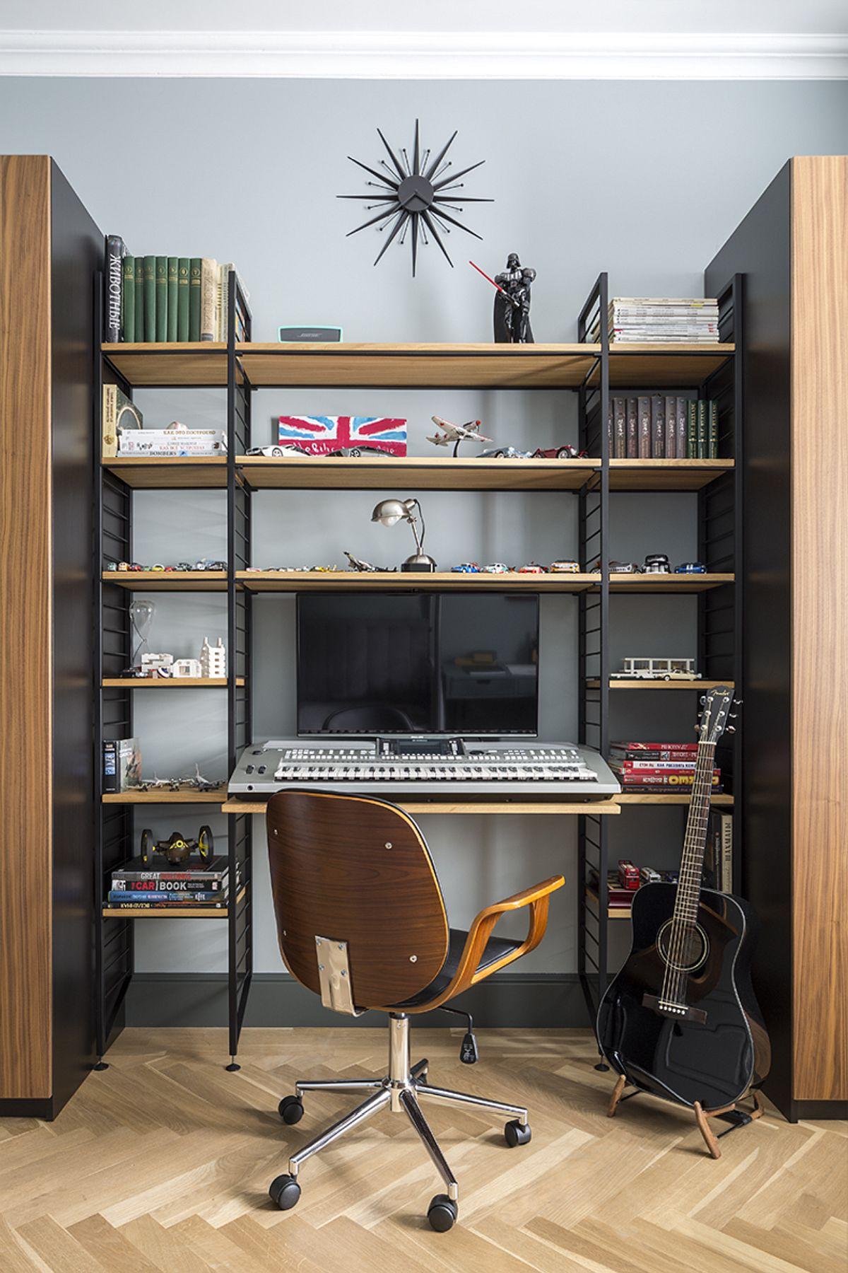 În jurul biroului există spații de depozitare suficiente configurate sub formă de rafturi. Mobila a fost realizată pe comandă pentru a se încadra perfect în spațiul disponibil.