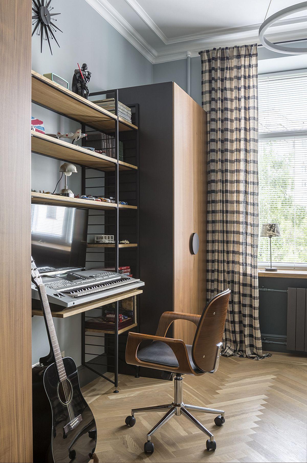 Camera de tineret este împărțită de doi frați adolescenți, ca atare și amenajare este ușor mai masculină. Pe unul dintre pereții camerei sunt spațiile de depozitare, dulapuri care încadrează unul dintre birouri.