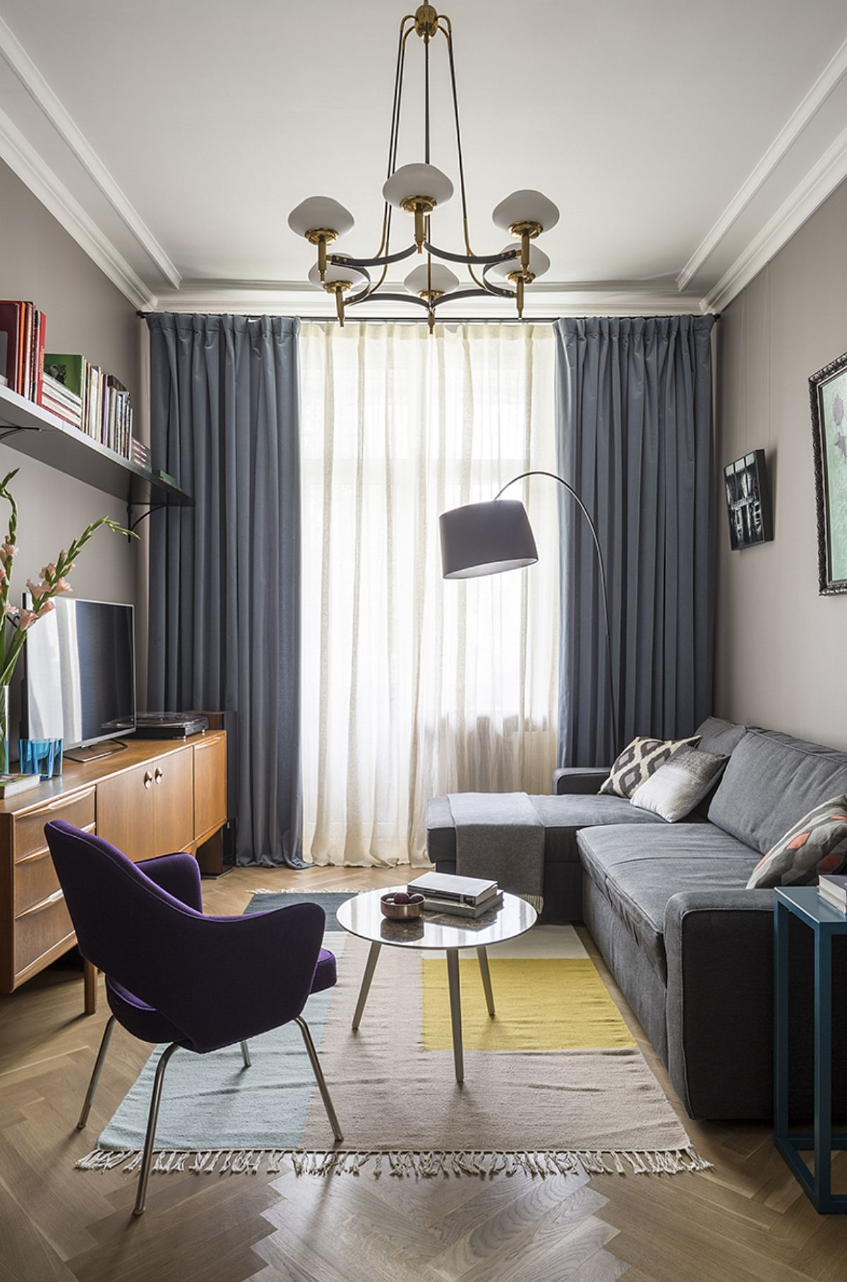 Canapeaua din living este una realizată pe comandă pentru a fi extensibilă și a încăpera la fix în cameră. Pe timpul serii să poată deveni loc de dormit pentru părinți. Măsuța și lampadarul sunt de la BoConcept, iar covorul de la FermLiving.