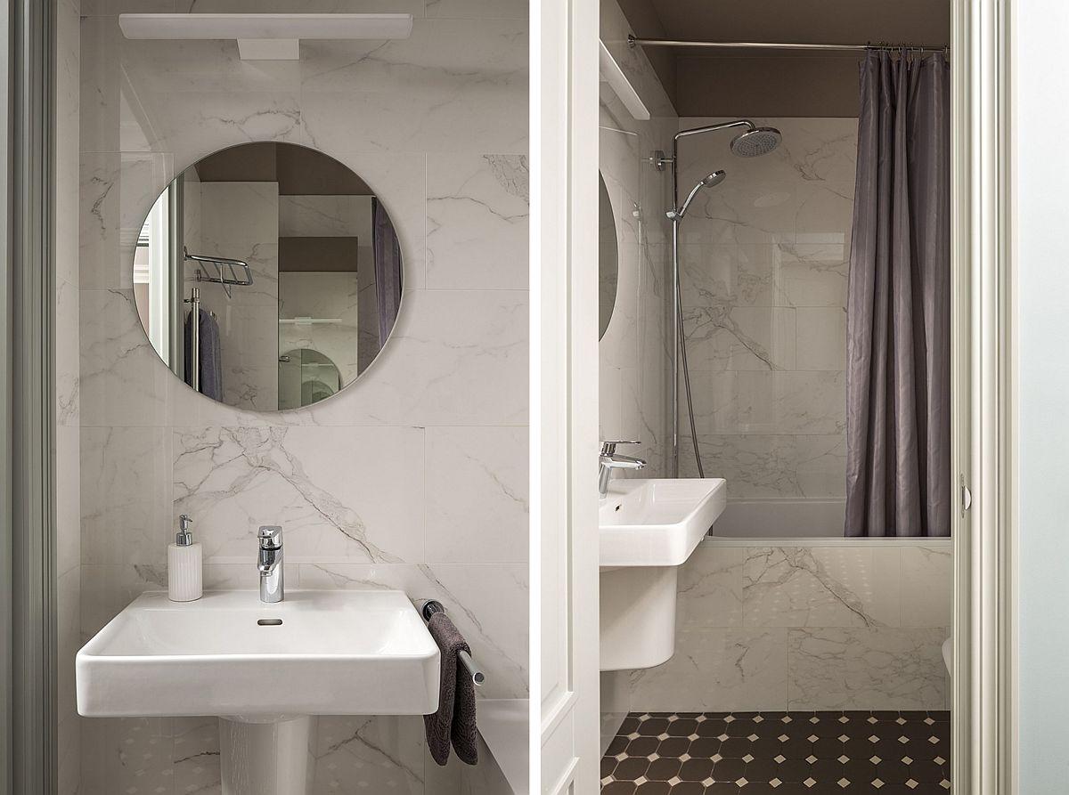Baia familiei este amenajată simplu, curat, ordonat cu plăci ceramice care imită marmura. Deasupra vasului de toaletă este configurat un corp de mobilă placat cu oglinzi.