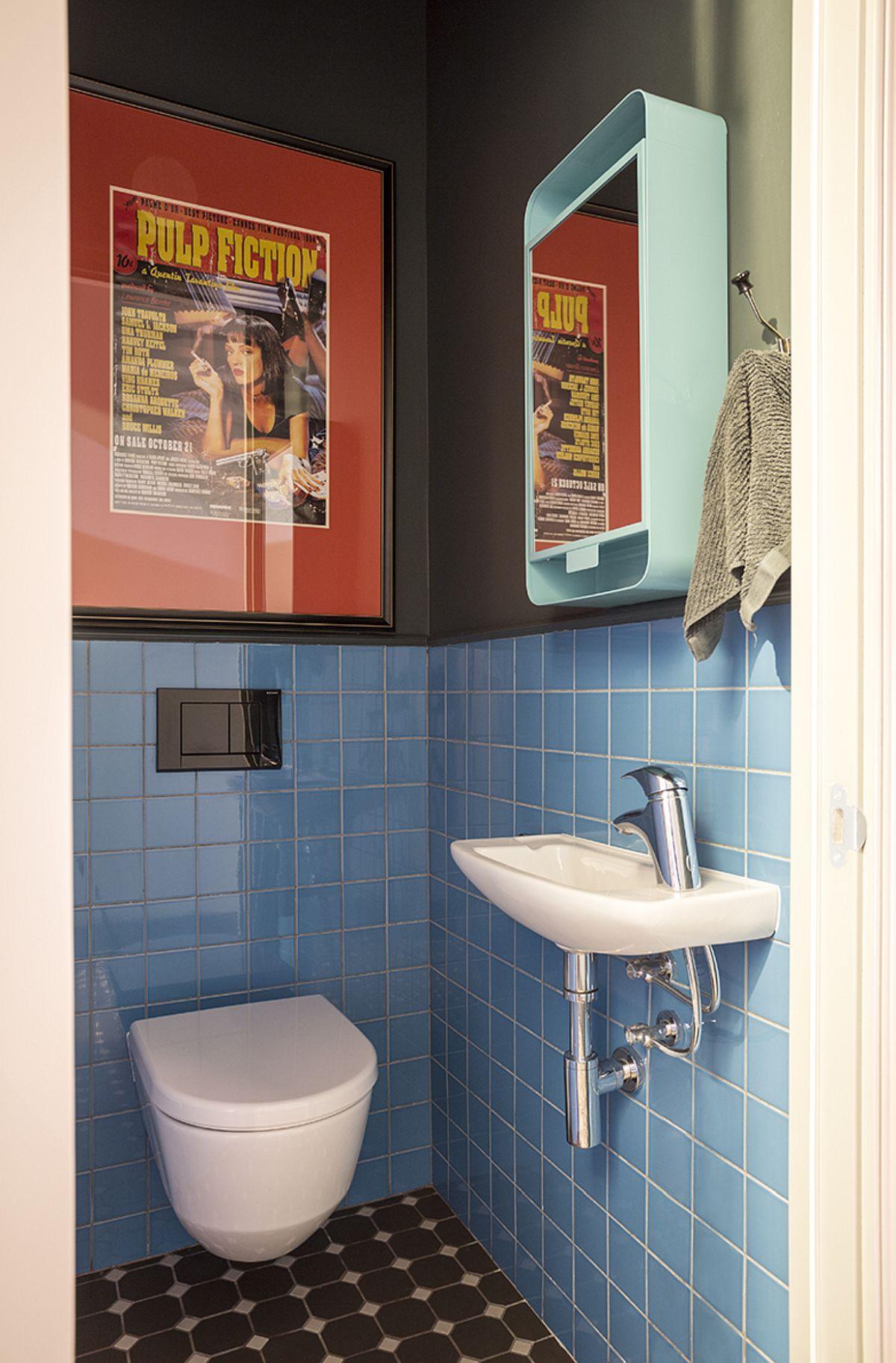 Toaleta de serviciu este configurată cu obiecte sanitare de mici dimensiuni pentru ca spațiul mic să fie exploatat la maximum.