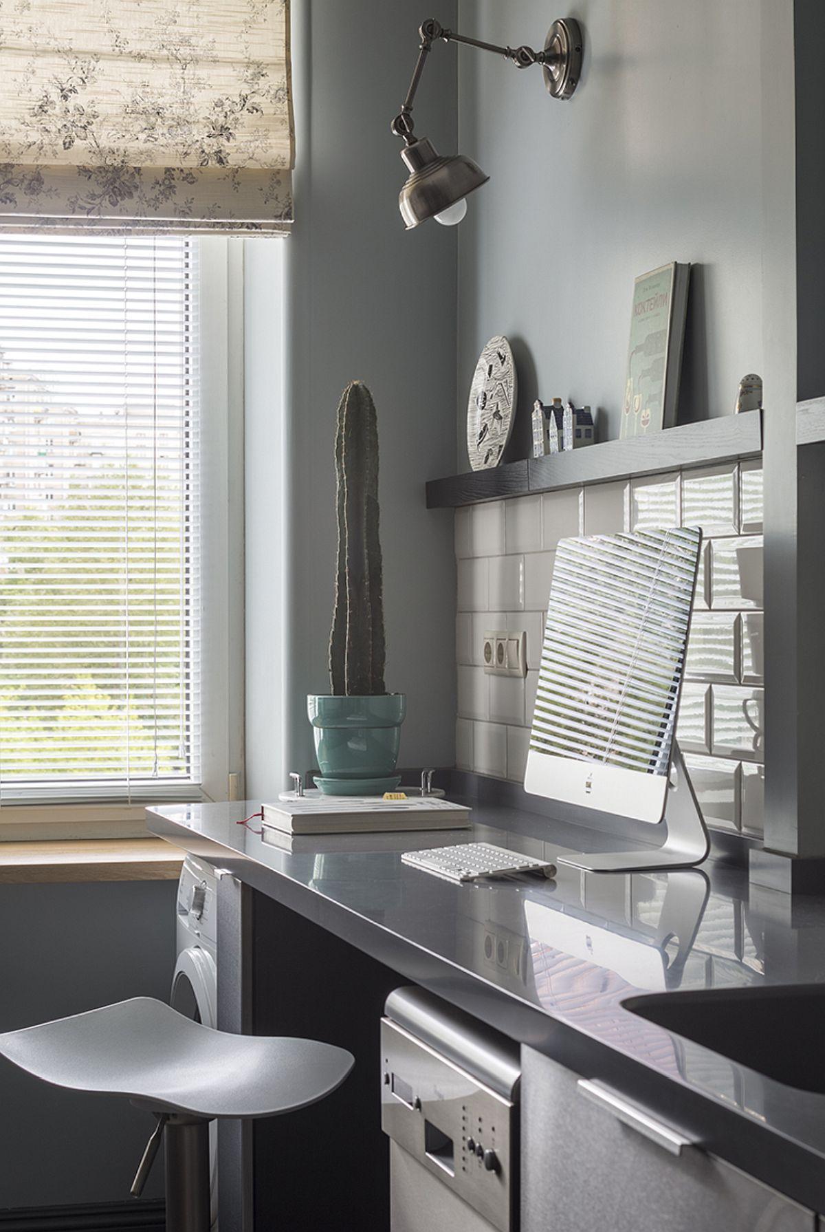 Către fereastra bucătăriei, a fost configurat și un loc de ședere cu scaune reglabile de tip bar.