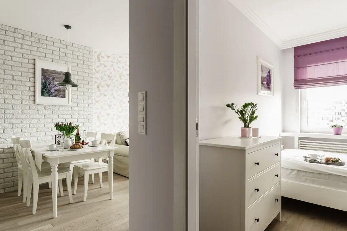 Pentru a fluidixa spațiul, designerul a aavut în vedere ca în camera de zi să nu existe ușă interioară. Domritorul și baia sunt în schimb separate prin uși interioare.