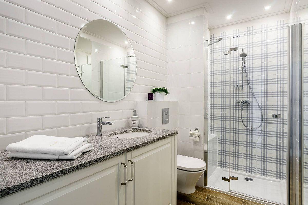 Baia a fost amenajată cu zonă de duș pentru a se cățtiga spațiu necesar unui lavoar sub care este amplasată mașina de spălat rufe.