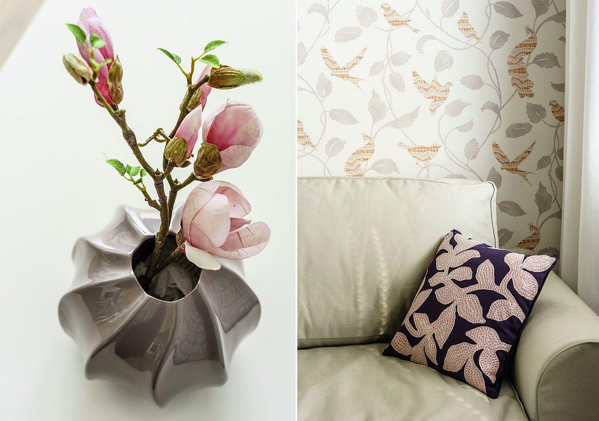 Tapetul din zona canapelei a fost ales conform temei, inspirația pornind de la florile de magnolie. Dar repet, în cazul de față, alăturarea dintre cărămidă aparentă și acest tapet nu este tocmai fericită. Tapetul ar fi arătat mult mai bine lângă o suprafață de perete simplu finisată înr-o nuanță uni.