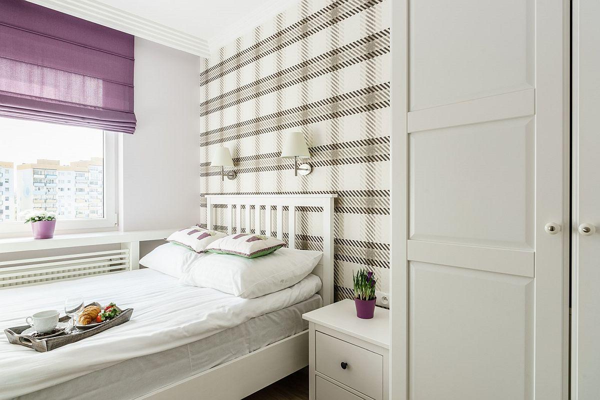 Pentru a exista loc pentru dulap, patul a fost așezat în vecinătatea ferestrei. Zona patului a fost personalizată cu ajutorul unui tapet în carouri. Mobila este de la Ikea.