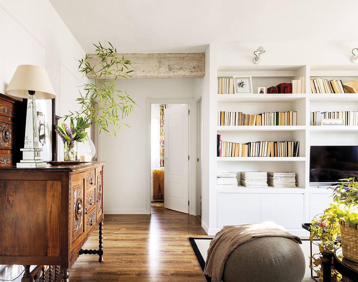 Grinzile lăsate parțial la vedere în hol dău o notă originală locuinței, dar este și o soluție simplă pentru a integra în spațiul fostului hol piese de mobilă vechi.