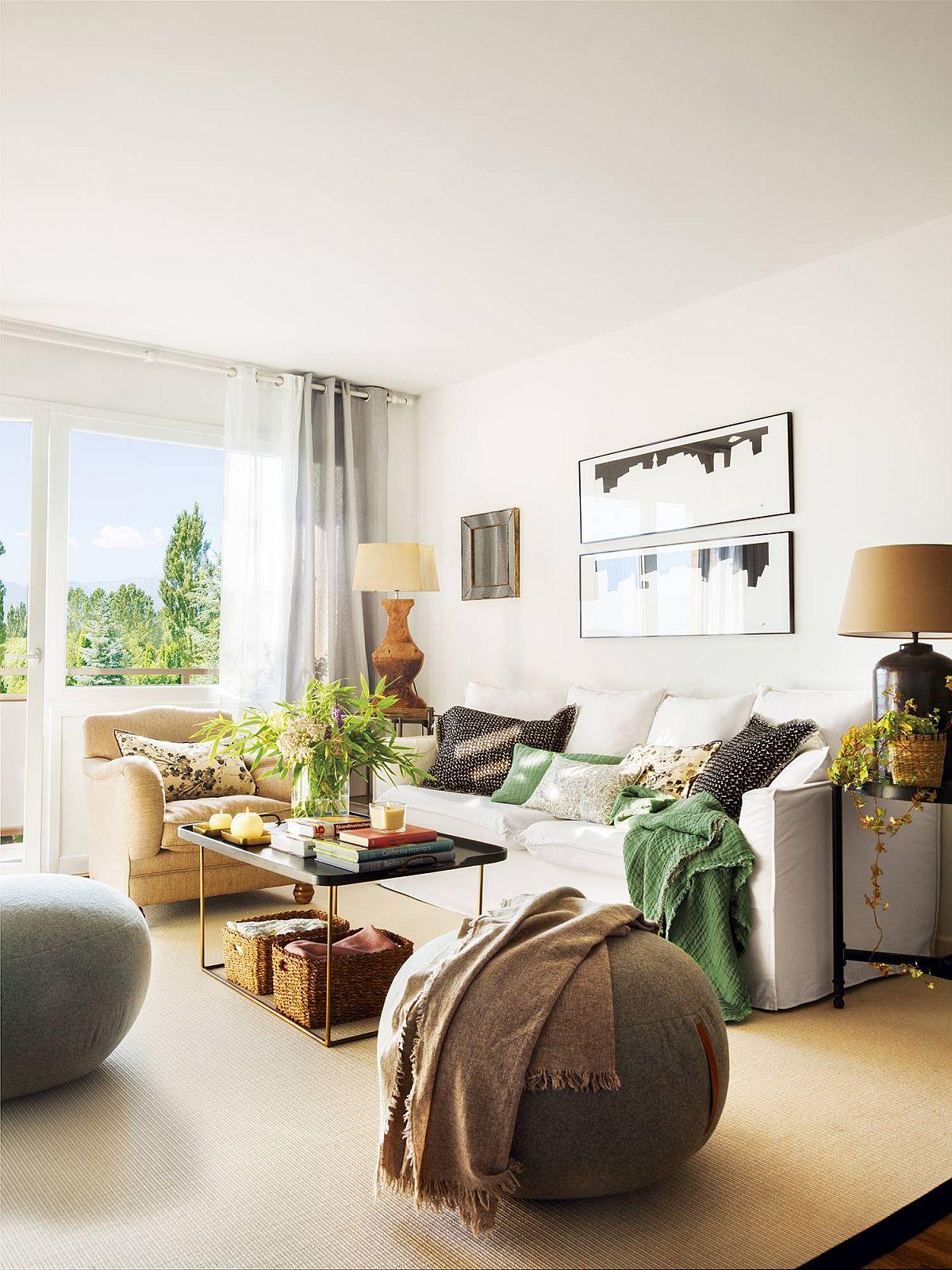 Camera de zi este confortabil ambientată cu locuri de ședere din plin. Pentru senzația de ordine, designerul a prevăzut o așezare simetrică de o parte și de alta a canapelei cu măsuțe și veioze.