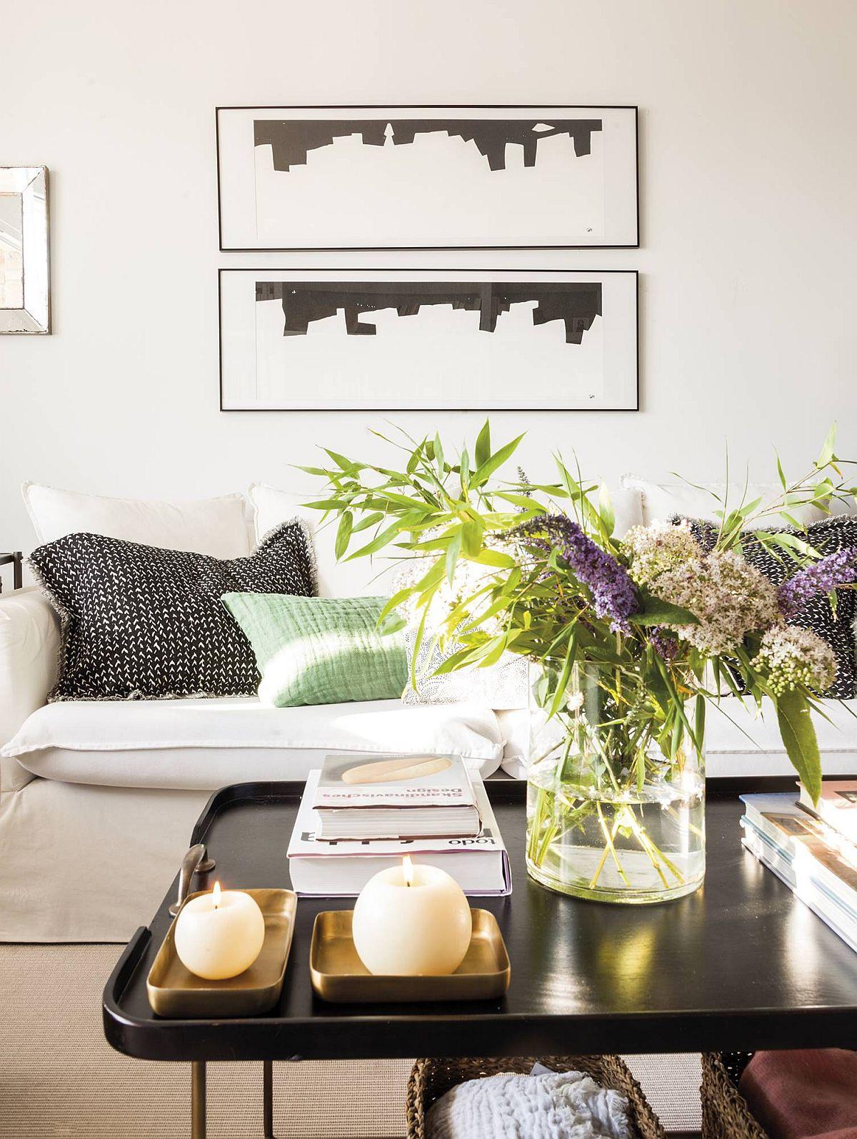 Canapeaua are tapițerie albă pentru ca în relație cu peretele alb din spate să nu se creeze un contrast prea mare. Astfel, cea mai mare piesă de mobilier din cameră destinată șederii nu pare masivă, deși este o piesă voluminoasă.