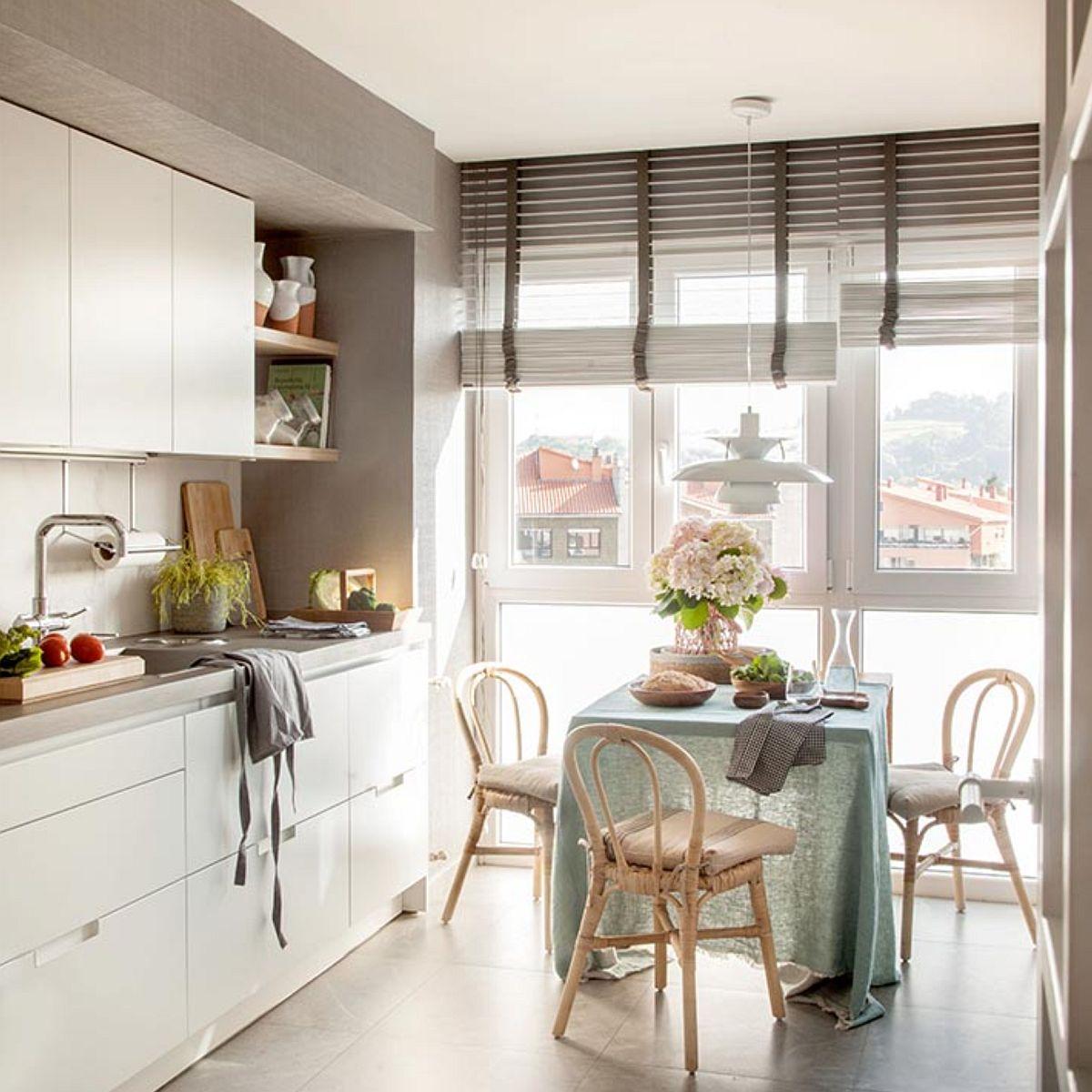 O parte din pereții bucătăriei, respectiv grinda de deasupra mobilierului și în laterale, designerul a prevăzut tapet vinilic. Deși poate fi mai sensibil acest material în bucătărie, el conferă un aer mai plăcut, mai cald, iar designerul l-a ales aici știind că există o fereastră generoasă pentru ventilare naturală, dar și că zonele cu tapet sunt departe de zona de gătit.