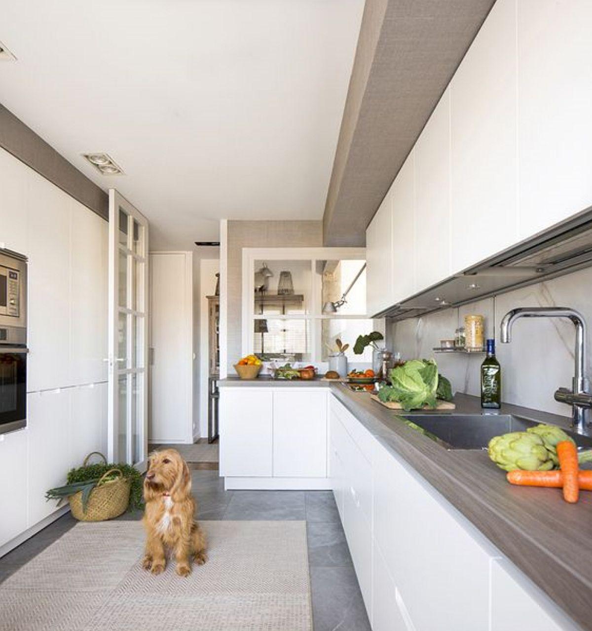 Bucătăria are spații de depozitare din plin fiind organizată cu un dulap generos opus blatului de lucru, dulap n care sunt încorporate electrocasnicele mari - combina grigorifică și cuptoarele.