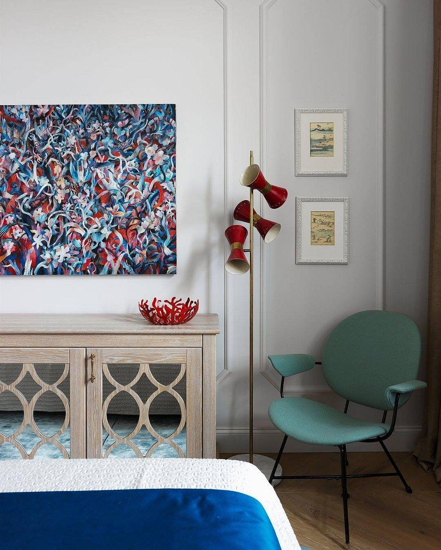 Combinația de culori la nivelul pieselor mici este de roșu, albastru, verde, ca atare dormitorul devine un spațiu în care contrastele cromatice invită la explorare. Și formele obiectelor sunt în contrast. Într-un ambient tratat clasic, colțul din dormitor este ambientat cu piese de design moderne.