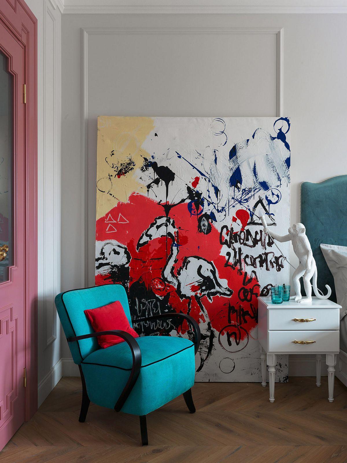 Un tablou contemporan cu o temă spontană, dă aceea notă de creativitate așteptată într-o cameră de copil, iar veioza în formă de maimuță conferă un aer jucăuș, chiar ironic ambientului. Însă din acest loc, care se vede la intrrea în cameră contrastul de verde și roșu est ecel care dinamizează ambianța.