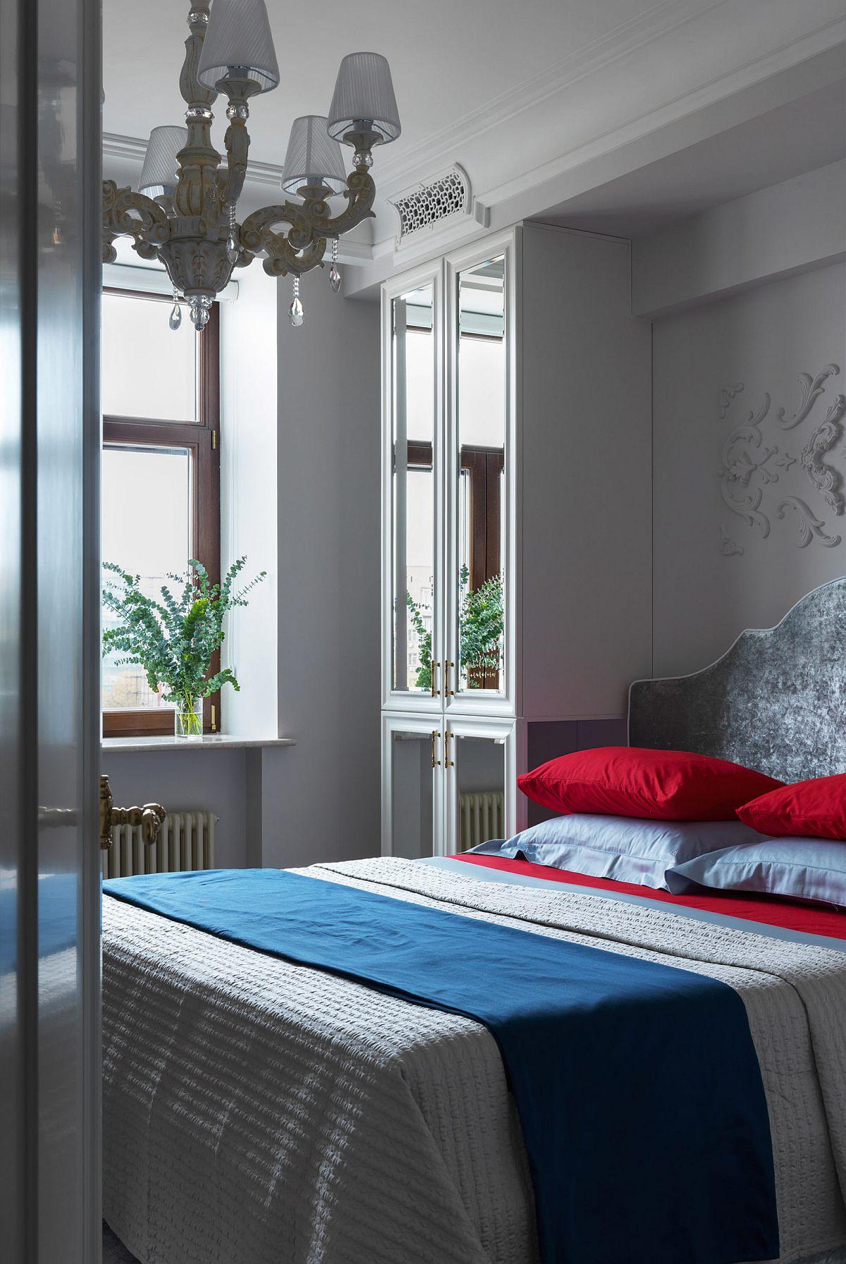 Dormitorul matrimonial este o cameră ocupată în mare parte de mobilă, ca atare singura soluție pentru dulapuri a fost ca acestea să fie configurate de o parte și de alta a patului. Fețele cu oglinzi reflectă lumina naturală și dau impresia de spațiu mai mare, dar ambientul este bogat ornamentat cu detalii, însă mai cuminte la nivelul decorațiunilor textile ce îmbracă patul.