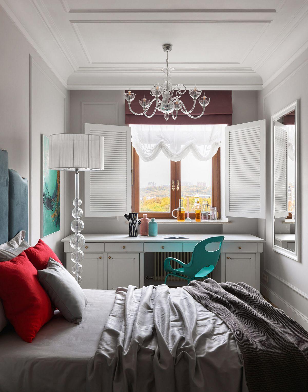 În fața ferestrei este amenajat locul cu o masă de tip birou care poate fi folosită atât pentru studiu, cât și pentru toaletă. Încadrarea cu obloane a ferestrei are aici un rol decorativ, dă senzația că spațiul este mai lat, dar prin textura obloanelor s-a creionat un volum ce mai estompează tâmplăria închisă la culoare. O locuință total atipică care ori place ori nu. este clar că gusturile nu se discută, dar designerul a reușit să facă aici spectacol. O locuință unde finisajele pe suprafețe mari sunt deschise, unde detaliile ornamentale te duc cu gîndul la clasic, dar unde piesele mici de mobilier și lucrările de artă contemporană transformă totul într-un carusel de emoții. Sper să te inspire și pe tine!