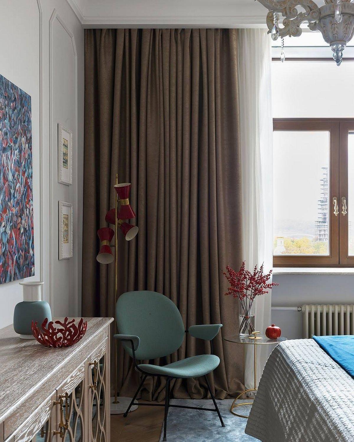 O comodă cu aer exotic este prezentă în fața patului din dormitorul matrimonial, comodă care completează nevoia de depozitare, dar este și prilej de decorare cu lucrări de artă și obiecte decorative. În fiecare parte a camerei designerul a gîndit contraste de culori și texturi, care pun în evidență piesele alease.