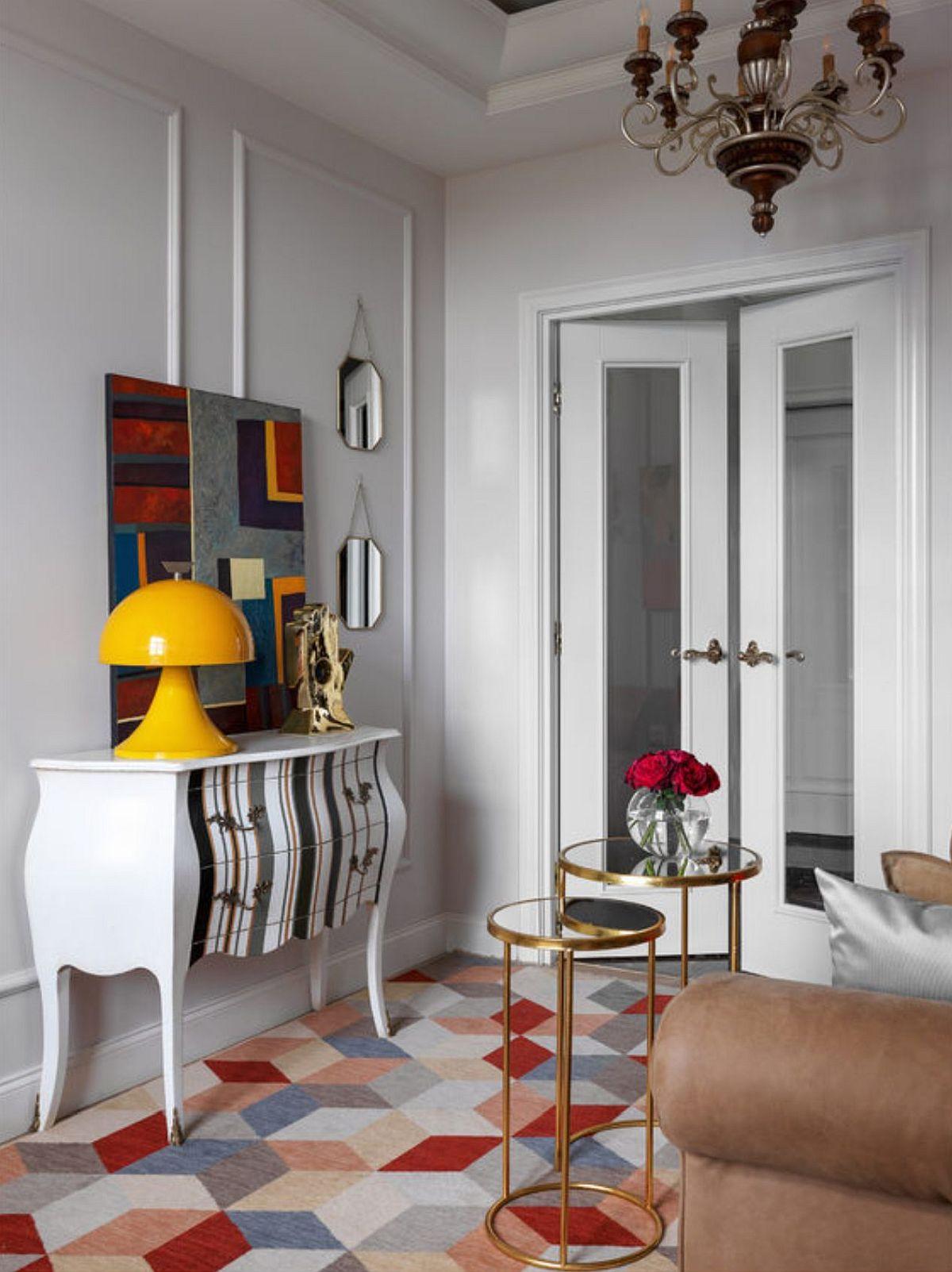 Spațiul camerei de zi nu este generos, de aceea în locul unei mese de living au fost alese două piese cu alură sculpturală. Însă înălțimea de circa 2,80 metri ajută ca spațiul să nu se simtă încărcat. Pe mijlocul camerei este creat un culoar de circulație către locul de luat masa și bucătărie.