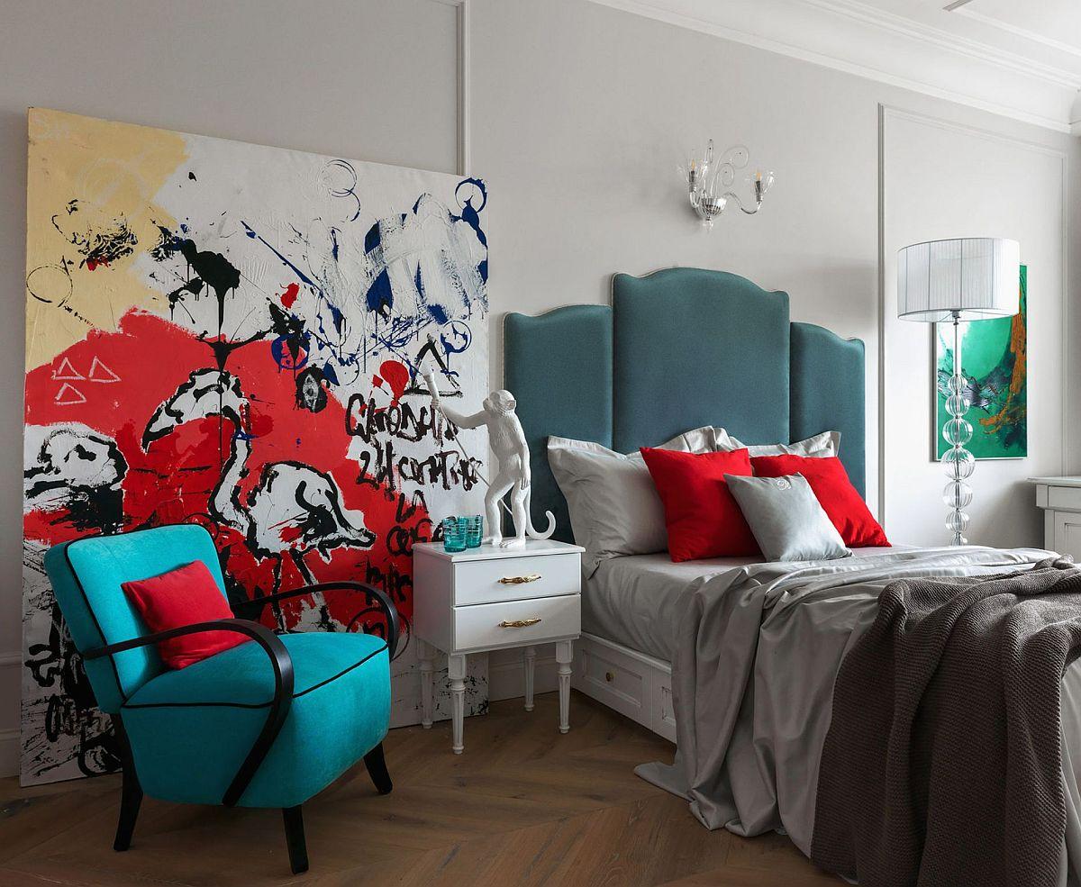 Chiar dacă este o cameră de surori, designerul a prevăzut un pat matrimonial pentru amândouă. Astfel, prin tăblia patului s-a dat o notă mai dramatică încăperii, dar s-a aduc și un plus de culoare și textură.