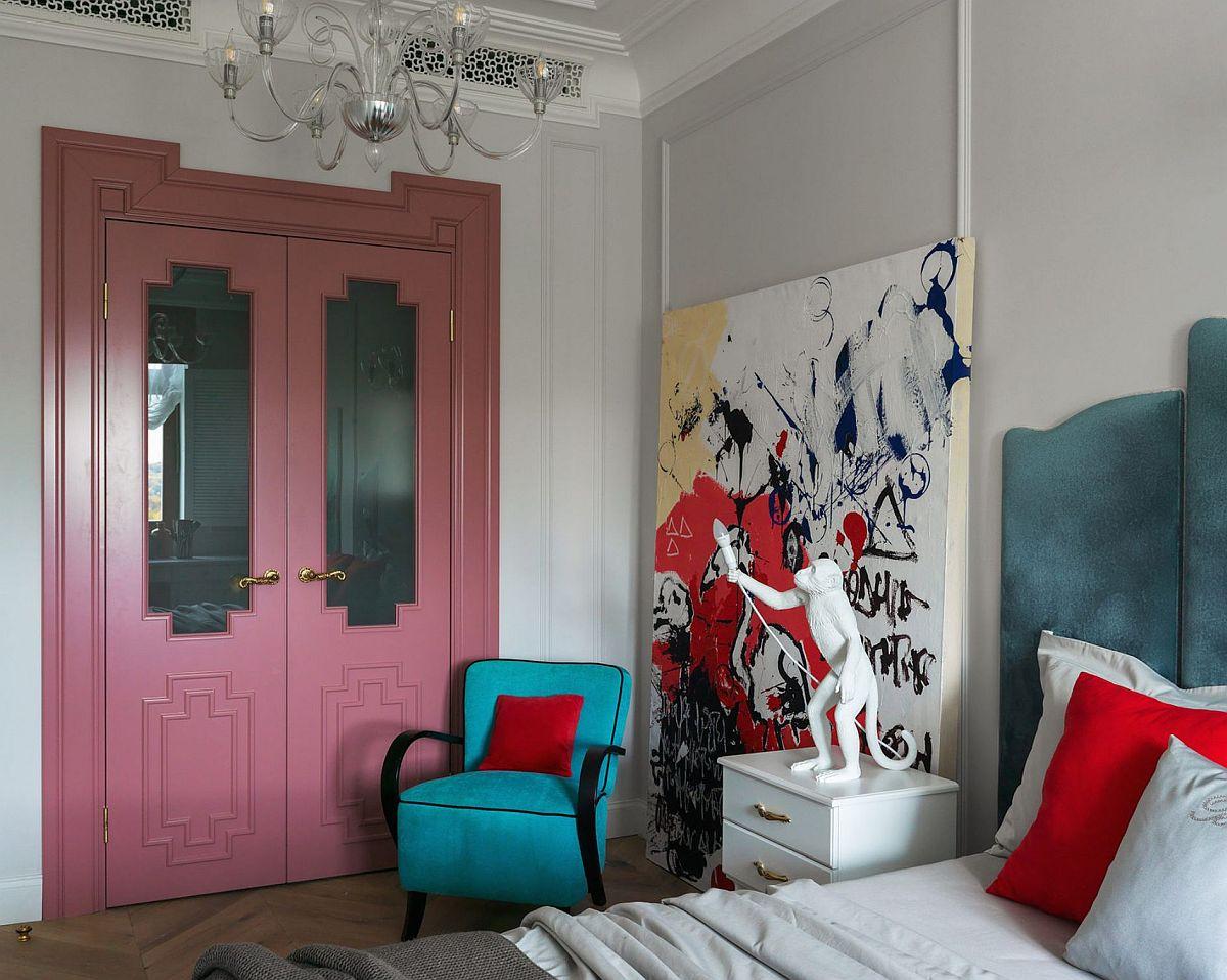 Camera fetelor este surprinzătoare prin culorile și ornamentele folosite. Dressingul spre exemplu este închis cu uși elaborate într-o nuanță îndrăzneață de roz. Dar fără fotoliul turcoaz acest roz nu ar fi ieșit atît de mult în evidență. Designerul a mizat pe alăturări de impact din punct de vedere cromatic, dar și ca stil pentru a creiona un ambient eclectic.