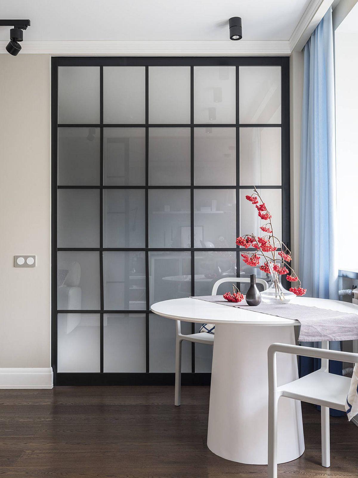 Ușa culisantă către bucătărie a fost gîndită ca una de tip dulap și glisează în interiorul peretelui. Când este închisă, bucătăria nu se vede, dar lumina naturală pătrunde peste tot grație geamurile din sticlă sablată.