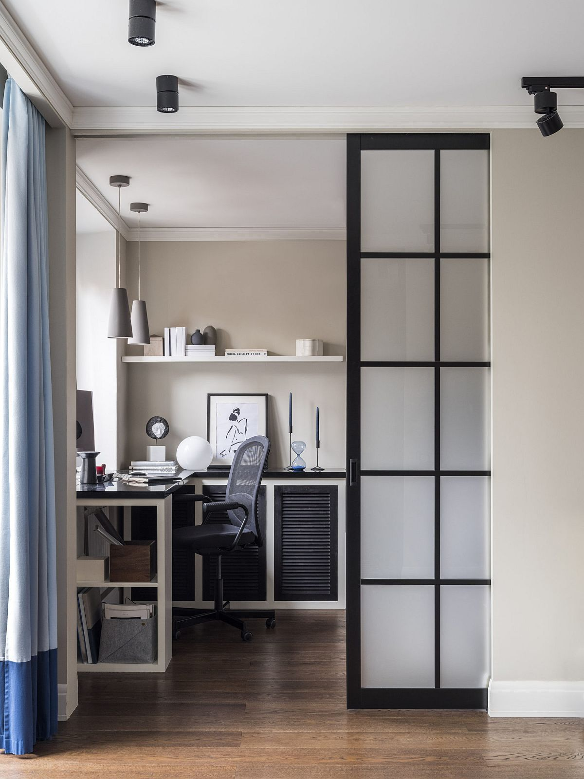 Dormitorul este separat față de living tot printr-un panou culisant. Deschis parțial el lasă la vedere către camera de zi locul de birou, foarte bine poziționat în fața ferestrei.