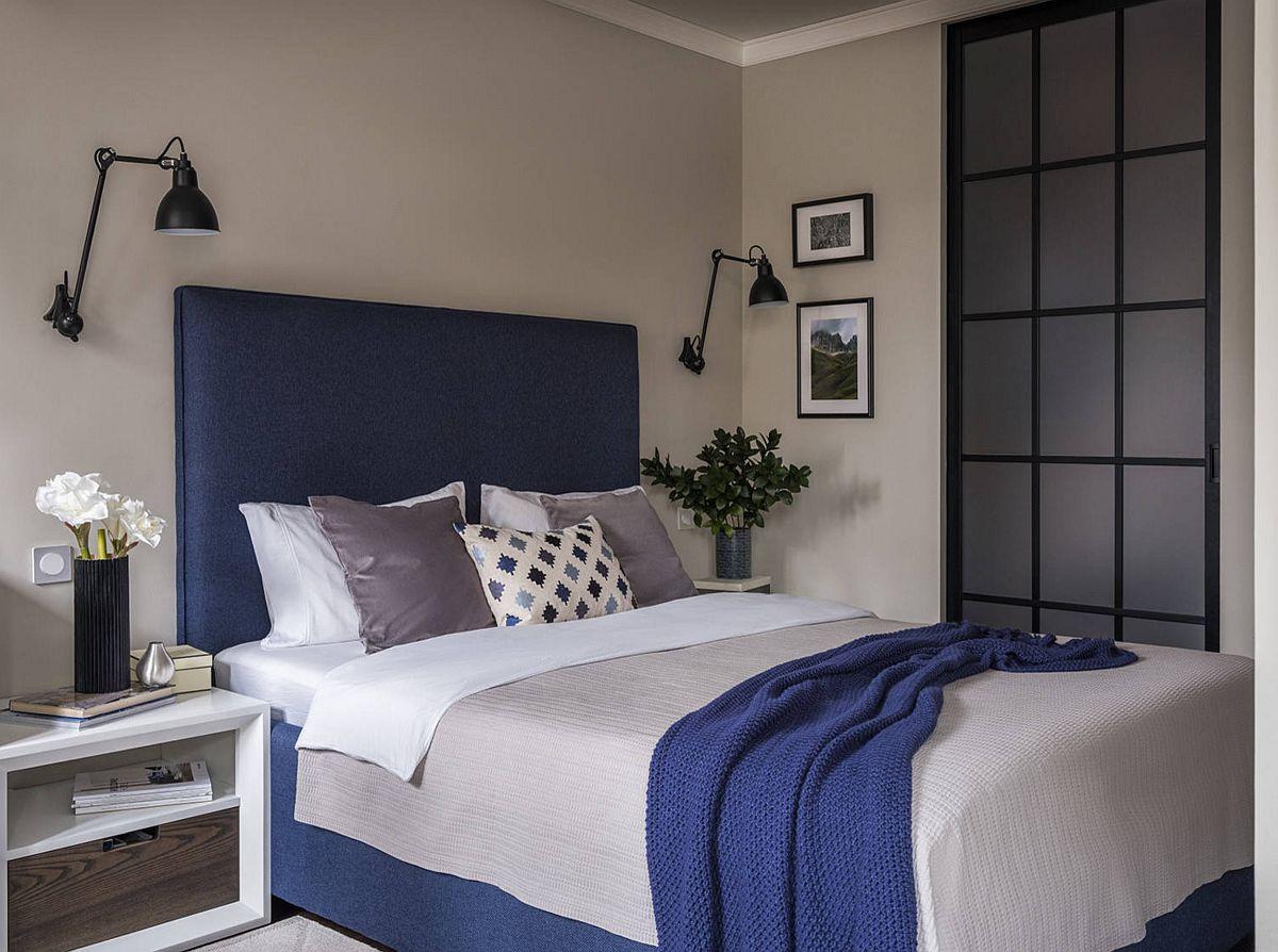 Patul confortabil este unul tapițat și prin țesătura lui s-a imprimat culoare în încăperea destinată odihnei.