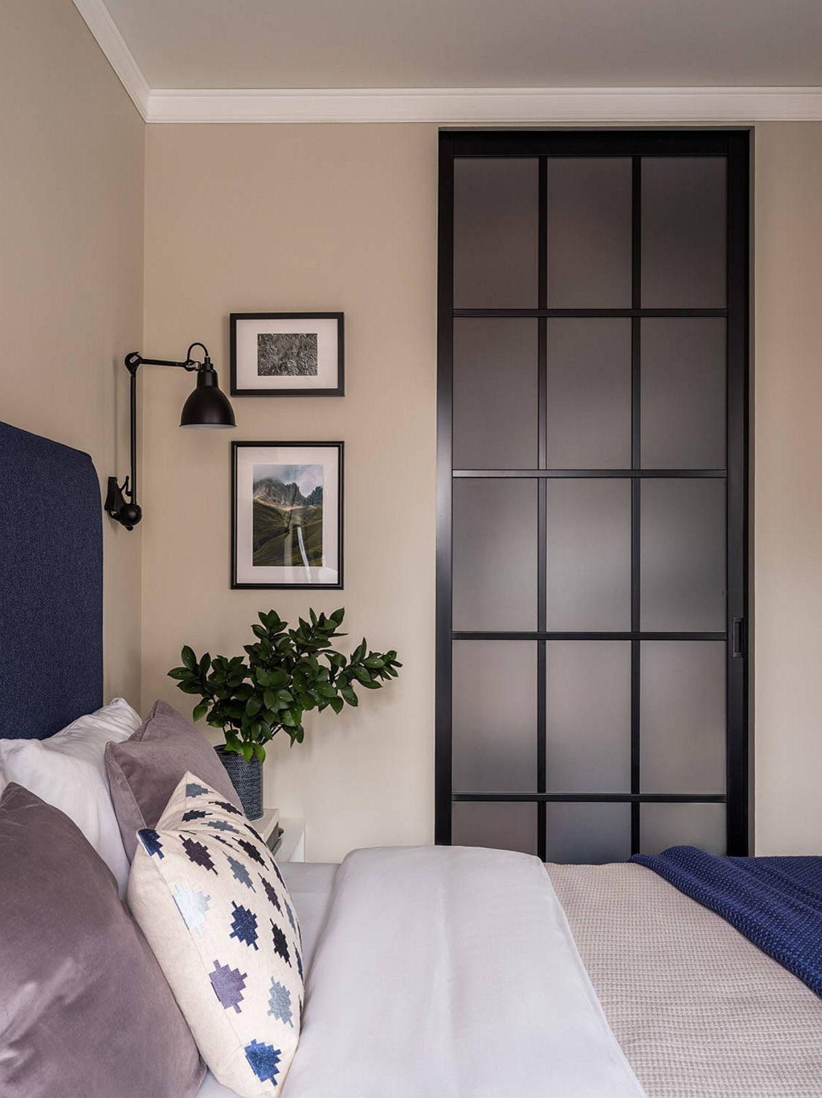 Dressingul este separat de dormitor tot printr-un panou culisant, ceea ce conferă ambientului o notă unitară, mai ales că are același desen, același model cu cel de acces în cameră.