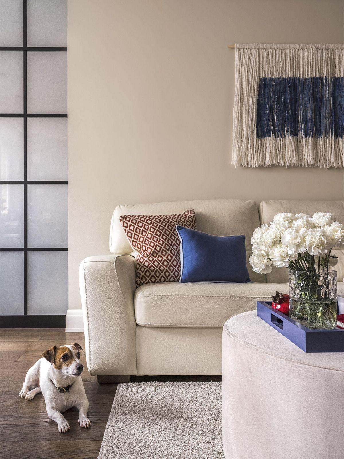 Combinația de culori pentru toată locuința este de gri cald-albastru, lemn și accente de albastru. În fiecare încăpere designerii s-au jucat cu dozarea nuanțelor pentru a creiona o atmosferă calmă liniștitoare.