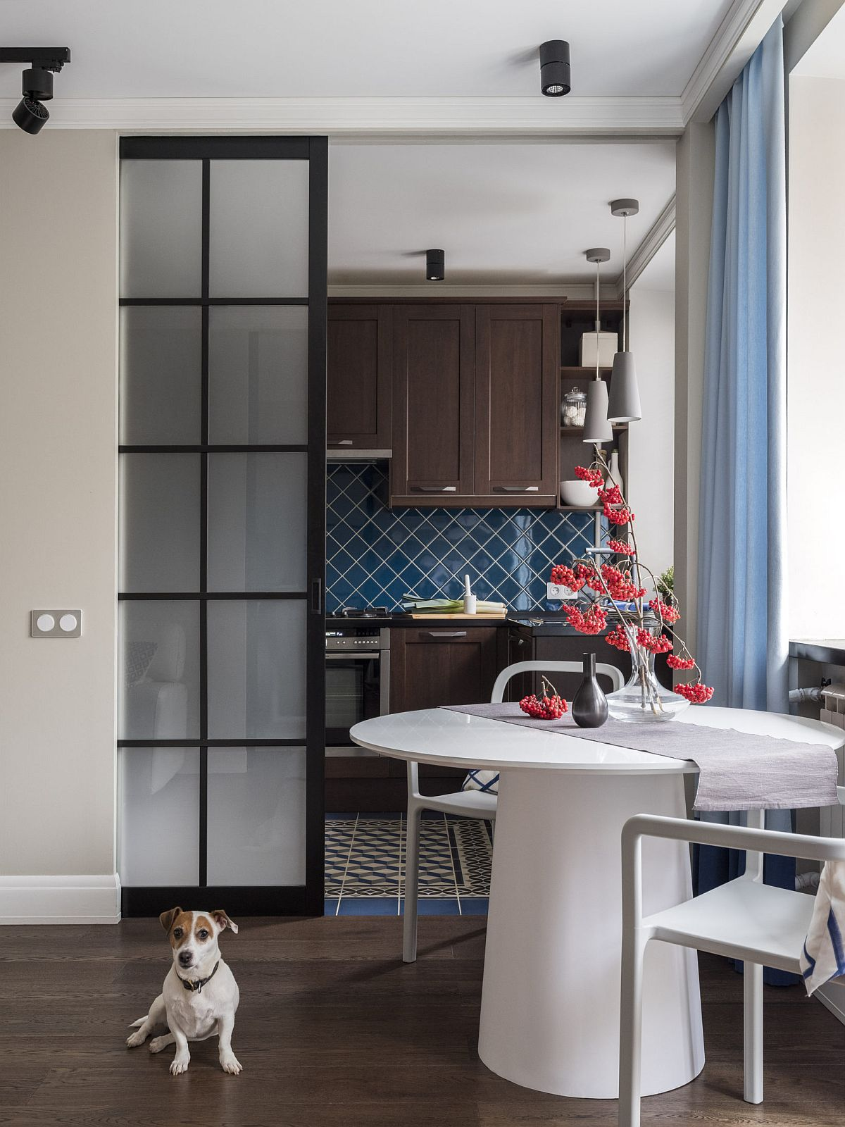 Ambientul a fost gândit coerent din punct de vedere al combinațiilor de culori și materiale, astfel că bucătăria completează vizual spațiul zonei de zi chiar și când ușa culisantă a bucătăriei este la vedere.