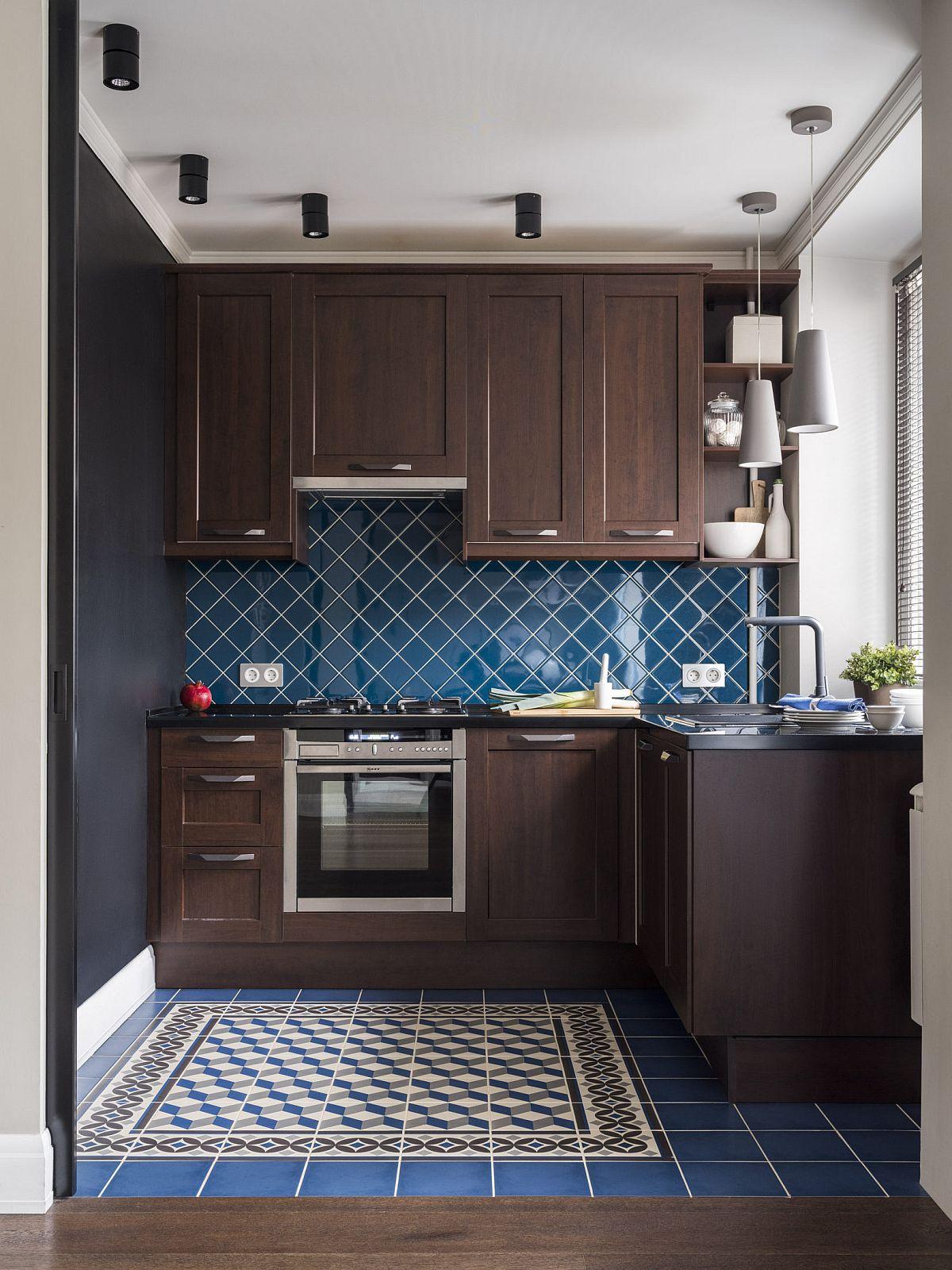 Ce se potrivește cu o mobilă în nuanță wenge? Un albastru închis poate fi o alegere foarte inspirată, mai ales într-un spațiu mic. Aceste nuanțe închise dau senzația de adâncime a spațiului. mai ales că la nivelul plafonului și a pardoselii predomină albul, deci un contrast de tip umbră și lumină.