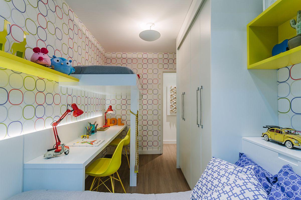 Camera copiilor este mică, dar excelent organizată pentru dormit, studiu și depozitare. Organizarea s-a făcut și pe verticală, unul dintre paturi fiind etajat deasupra birourilor, iar al doilea așezat în fața ferestrei.