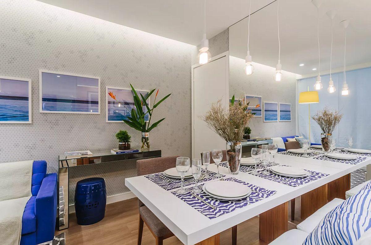 Locul de masă este gândit pentru patru persoane, adică pentru familia care locuiește aici. Oricât ți-ai dori o masă mai mare, când spațiul nu-ți permite acest lucru trebuie să optimizezi totul.