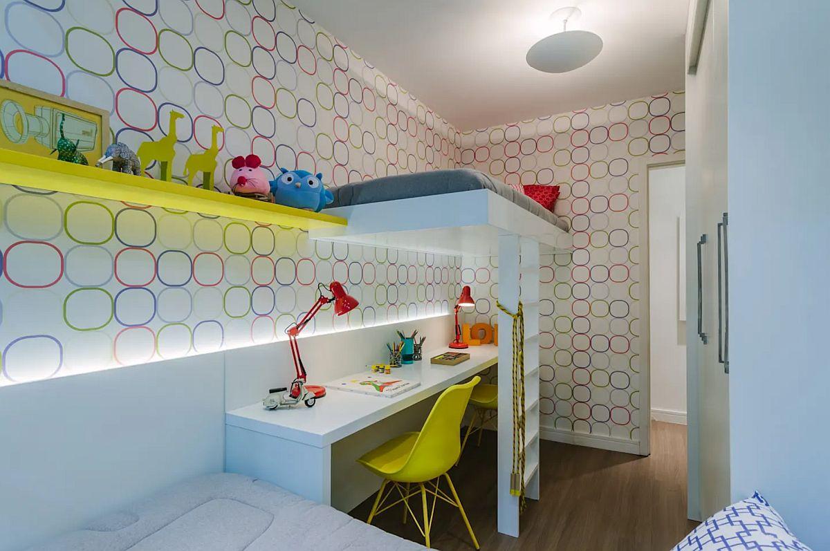 Modul de iluminat contează foarte mult în ambianța camerei copiilor, care pe lângă câteva elemente colorate, creionează o atmosferă vivace.