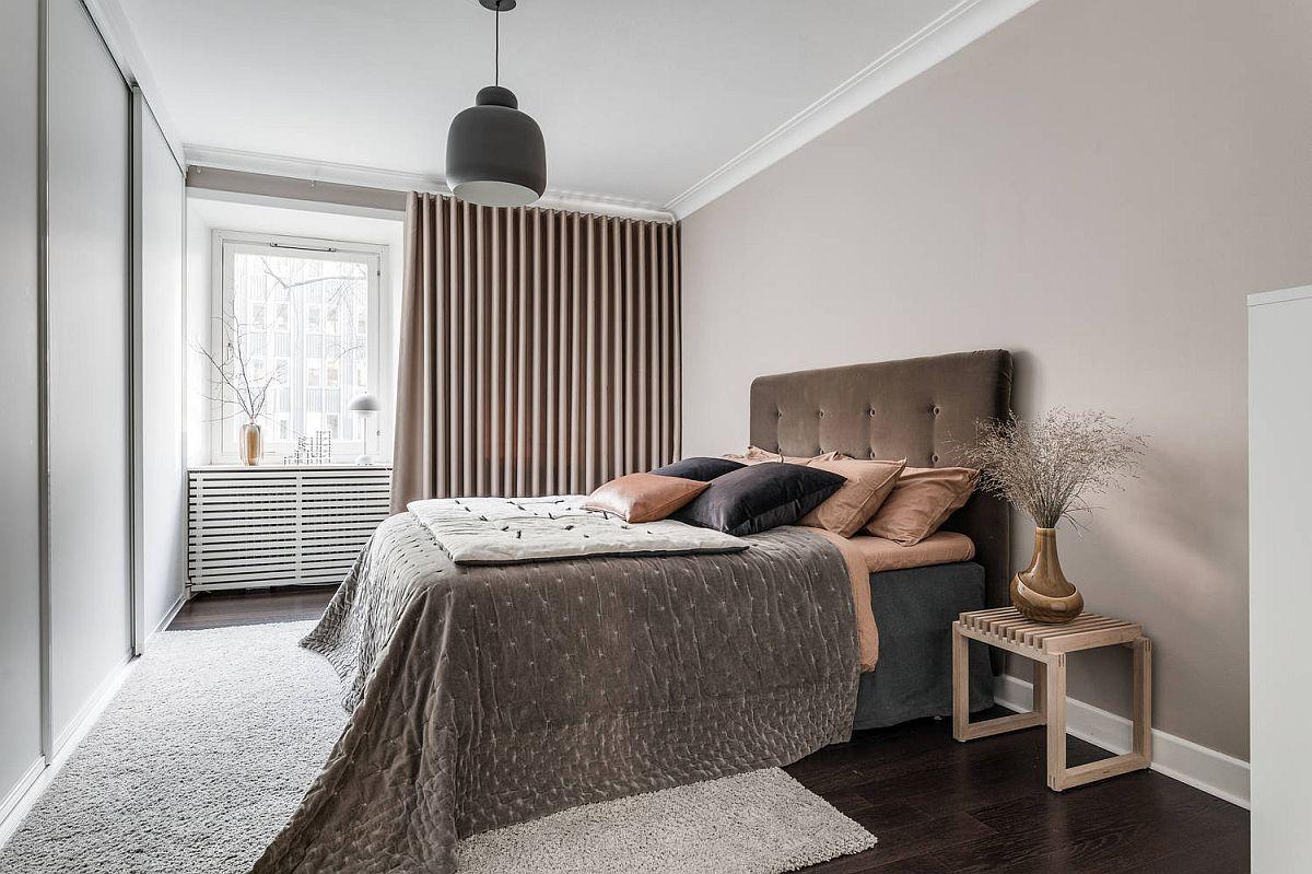 Săațu de odihnă este marcat de un pat tapițat și draperii bogate. Prin decorațiuni textile, de la covor la cuvertura patului, tapițerie, draperie, se imprimă senzația de confort, chiar dacă în rest ambientul este simplu tratat.