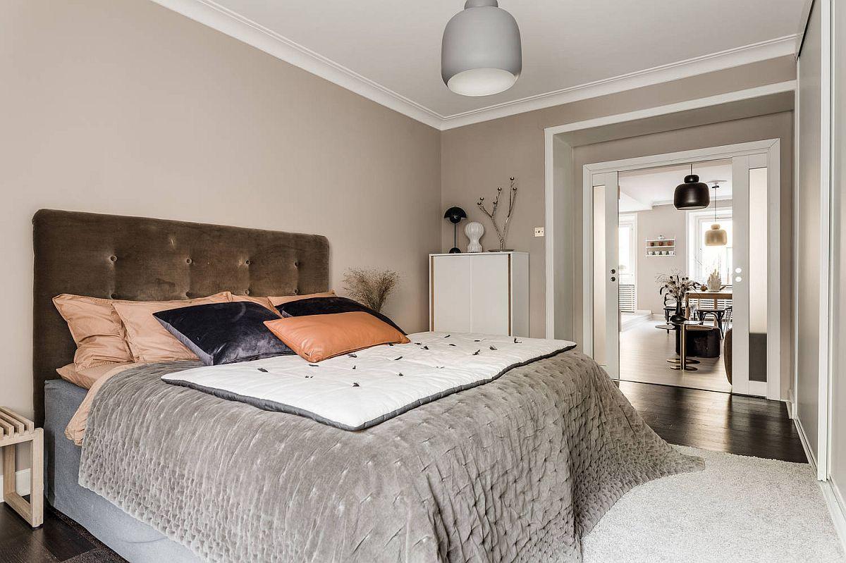 Dulapul din dormitor ocupă o latură întreagă, dar este configurat și pe toată înălțimea spațiului. Astfel, el se simte ca o placare și nu ca un obiectde mobilier.