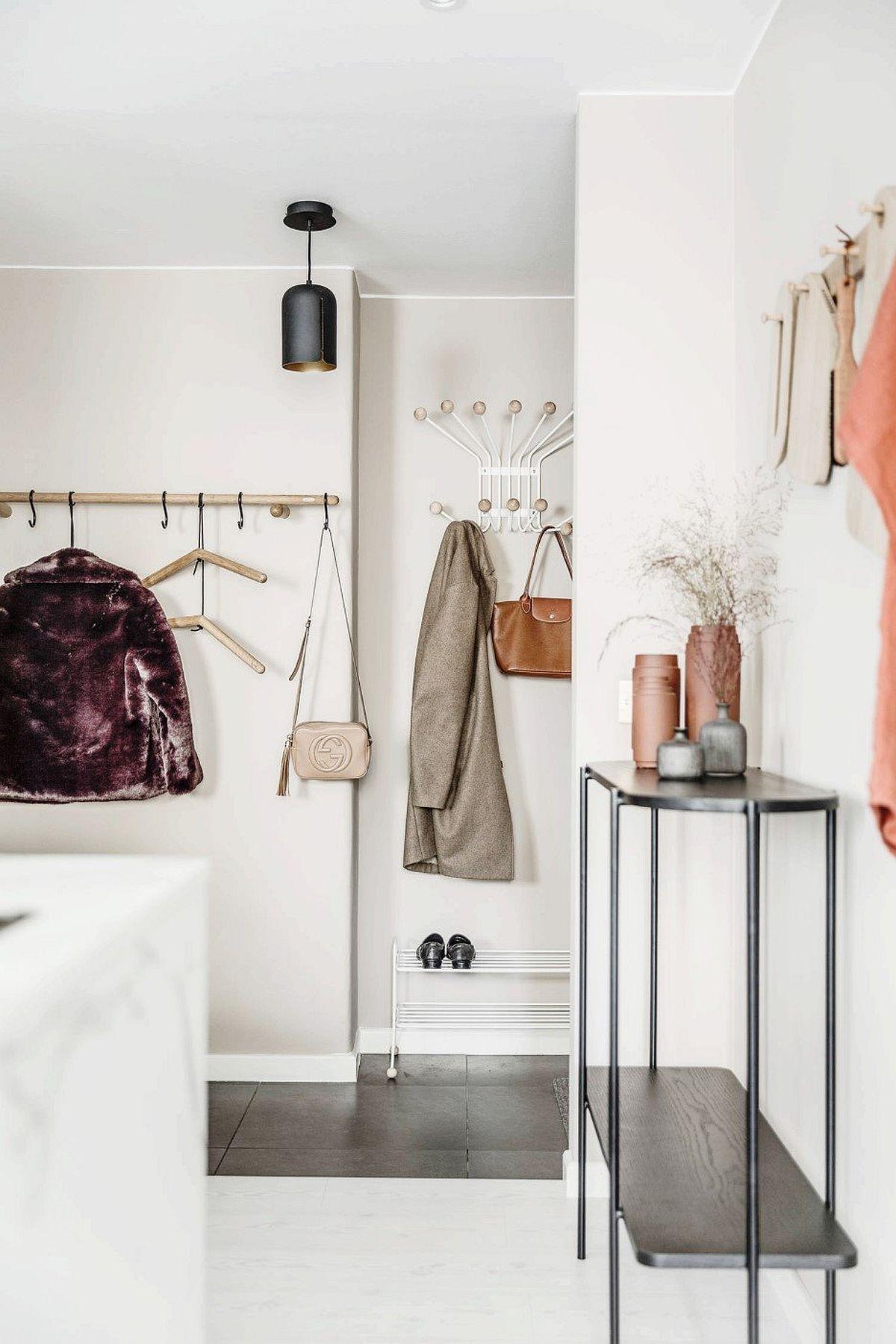 Zona de hol din casă este gândită deschis, cu o pardoseală din gresie, care să reziste la murdărire. În vecinătatea holului, imediat către spațiul deschis există un dulap cu oglinzi folosit pe post de depozitare pentru încălțăminte și haine.