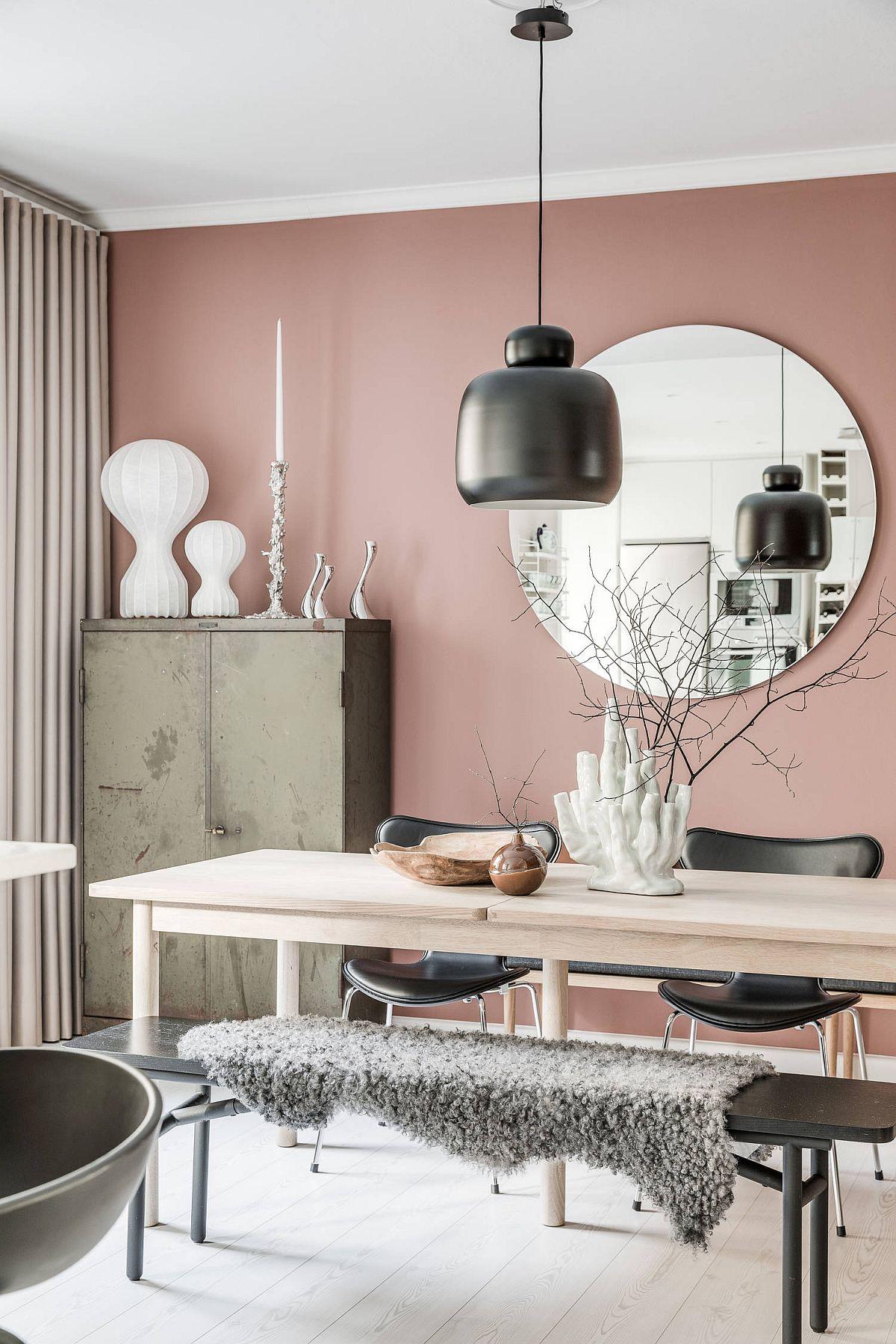 Contraste fine sunt realizate în colțurile vizibile ale locuinței, cum e și în cazul sufrageriei, unde bufet ales într-o nuanță kaki pune în evidență nuanța vopselei. De asemenea, mobila și corpurile de iluminat sunt cu linii zvelte, ceea ce conferă senzația de spațiu aerisit, în ciuda numeroaselor obiecte prezente.