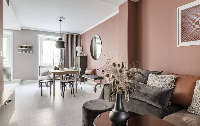 Chiar dacă zona canapelei este la distabță mare față de ferestrele zonei de zi, grație suprafețelor curate, albe de la nivelul plafonului și pardoselii lumina naturală este reflectată mai departe.