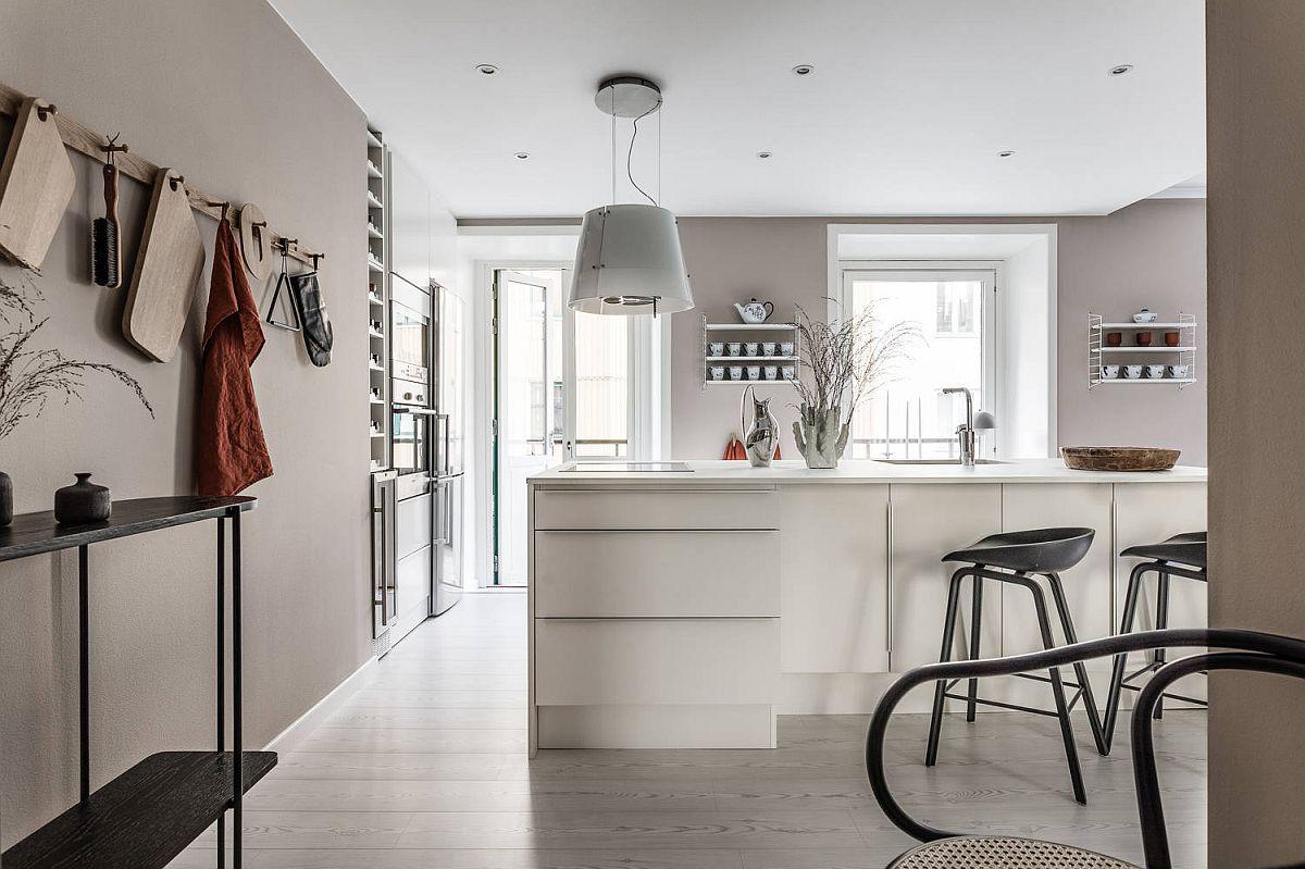 O masă consolă este așezată între zona de hol și bucătărie pentru a fi la îndemână pentru genți, corespondență și cumpărături. Masa insulă din bucătărie a fost poziționată în așa fel încât să nu fie obturată fereastra balconului, lumina naturală ajungând pânâ în hol.