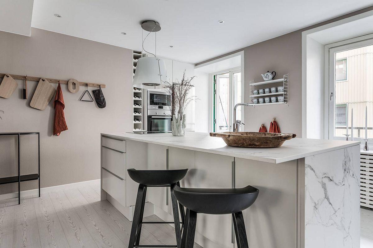 Într-o bucătărie sunt mai eficiente spațiile de depozitare de tip sertar pentru că pot fi manevrate cu mai multă ușurință, iar conținutul lor este la vedere din prima. Aici pe lângă sertare sunt prezente în zona de scaune și uși de dulap pentru depozitare lucrurilor mai rar folosite.