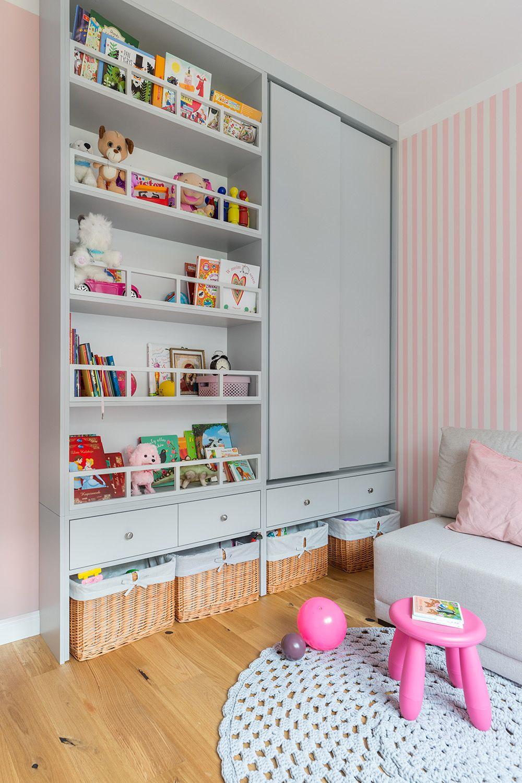 În camera fetiței a fost realizată pe comandă mobila după proiectul designerilor. Aici, pe lângă depozitarea hainelor, au fost gândite sertare la nivelul copilului, unde poate așeza singur ceea ce are nevoie, de asemenea coșuri la bază pentru jucării pentru a le putea strânge, dar și găsi repede. În plus, până la vârsta adolescenței, biblioteca este gândită să poată fi folosită și pentru jucării, ca atare rafturile au mici baghete, discrete care să oprească alunecarea acestora.