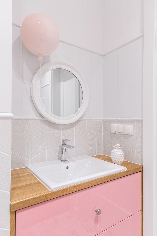 A doua baie este personalizată pentru mezina familiei cu un mobilier cu fețe într-o nuanță de roz. Pentru o imagine ludică corpul de iluminat ales are forma unui balon.