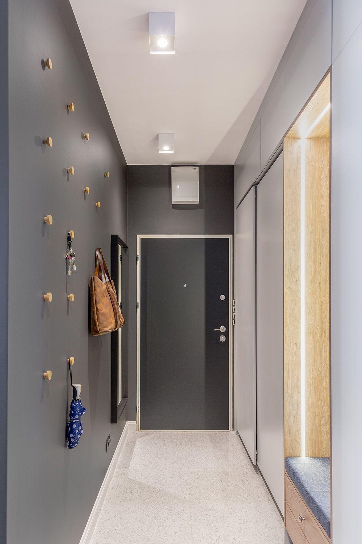 Spațiile de depozitare sunt prezente încă de pe holul de intrare. Aici dulapuri încăpătoare cu uși culisante ascund încălțămintea și hainele des purtate. O zonă de bancă este configurată, binevenită ca funcțiune și frumos reliefată cu benzi LED.