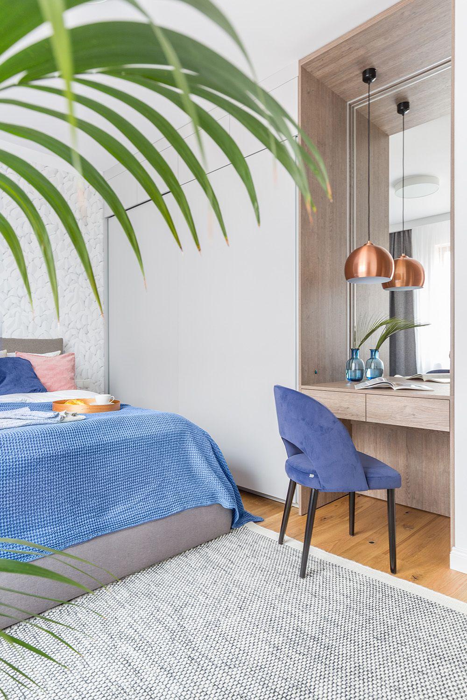 Dormitorul matrimonial beneficiază de zone de depozitare generoase configurate sub forma unor dulapuri cu uși glisante. În zona liberă, din fața patului a fost prevăzută o masă de toaletă, care poate fi folosită și ca birou pentru laptop.