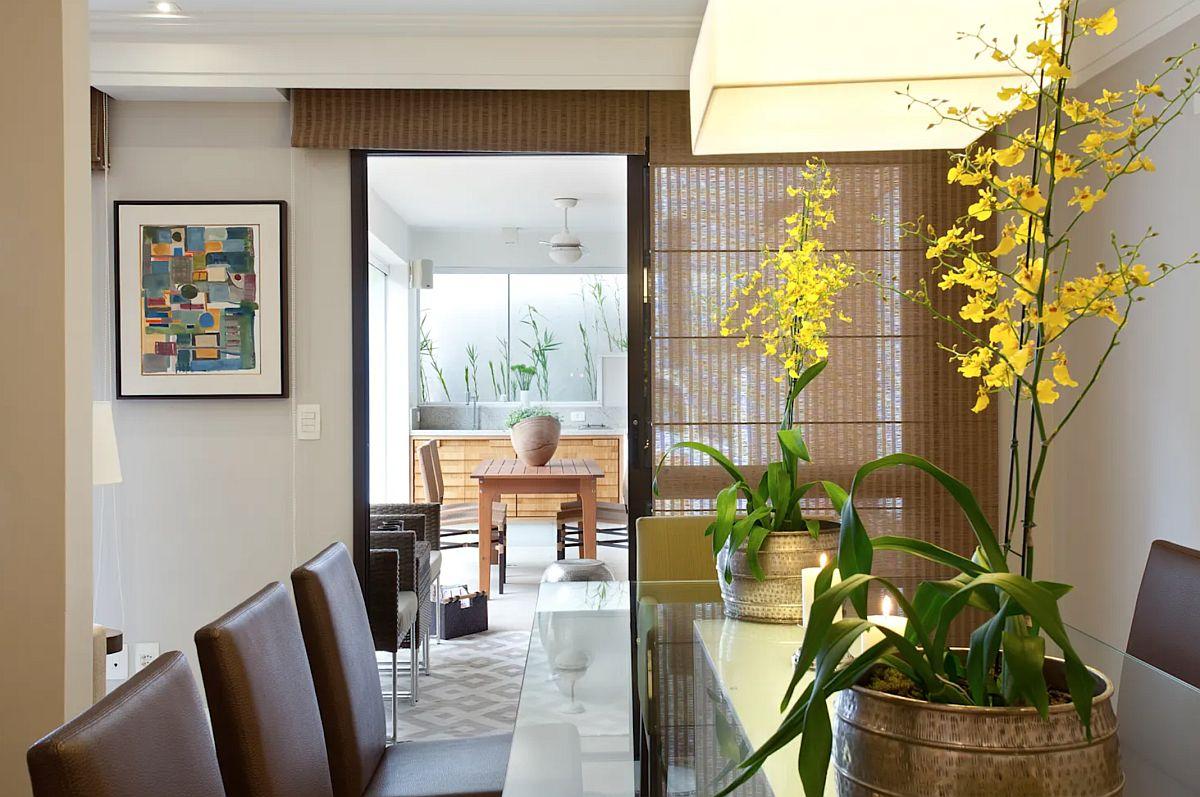 De la interior bucătăria de vară se simte ca o prelungire a sufrageriei. Din această perspectivă se simte cât de important este ca lumina naturală să existe din plin. În caz contrar, chiar dacă se câștigă o funcțiune la exterior, atmosfera d ela interior poate deveni închisă, sumbră, din cauza obturării luminii naturale.