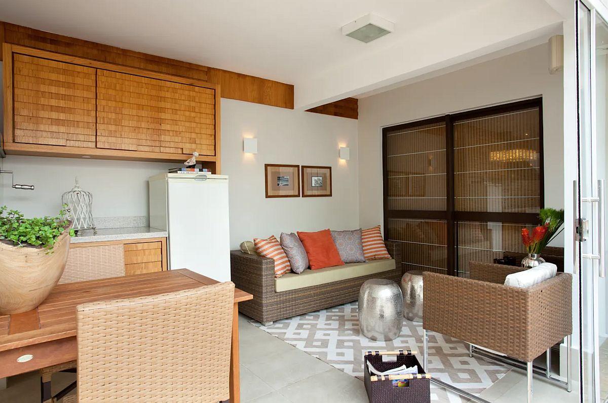 Zona de acces în casă este o fereastră generoasă care dă însăre sufrageria de la interior. Modul cum este aranjată mobila de grădină, dar și întregul ambient s-a făcut ținând cont atât de arhitetura casei, a curții, dar și de relația cu interiorul.