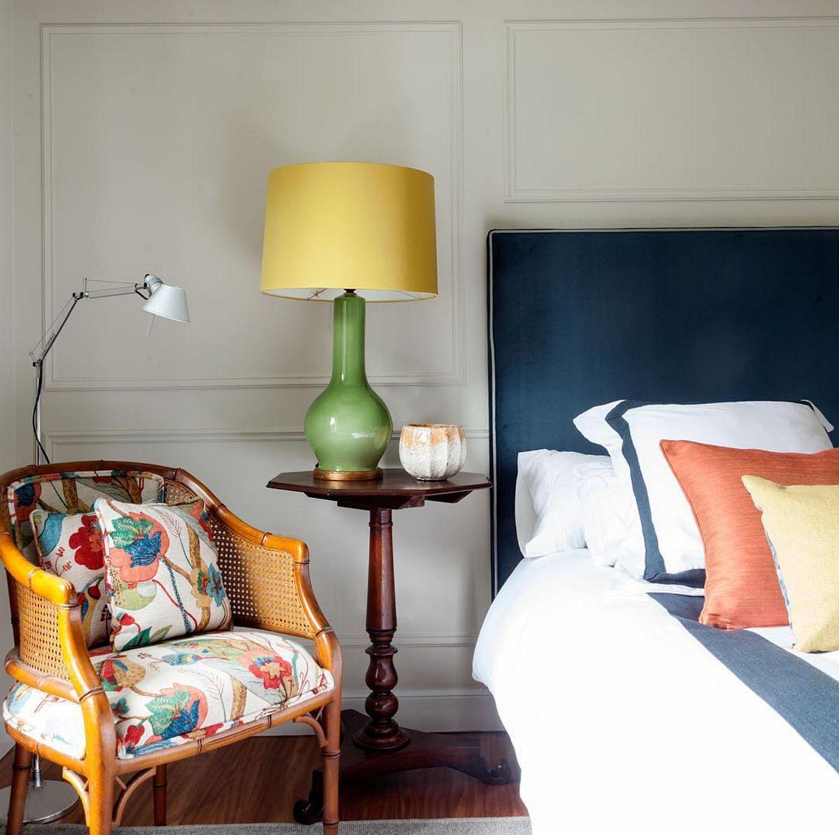 Pentru a-i da dormitorului matrimonial un aer ușor clasic, designerul a prevăzut montarea de profile decorative pe perete vopsite în aceeași nuanță cu a pereților. Astfel, s-a creat impresia de placări cu lambriuri.