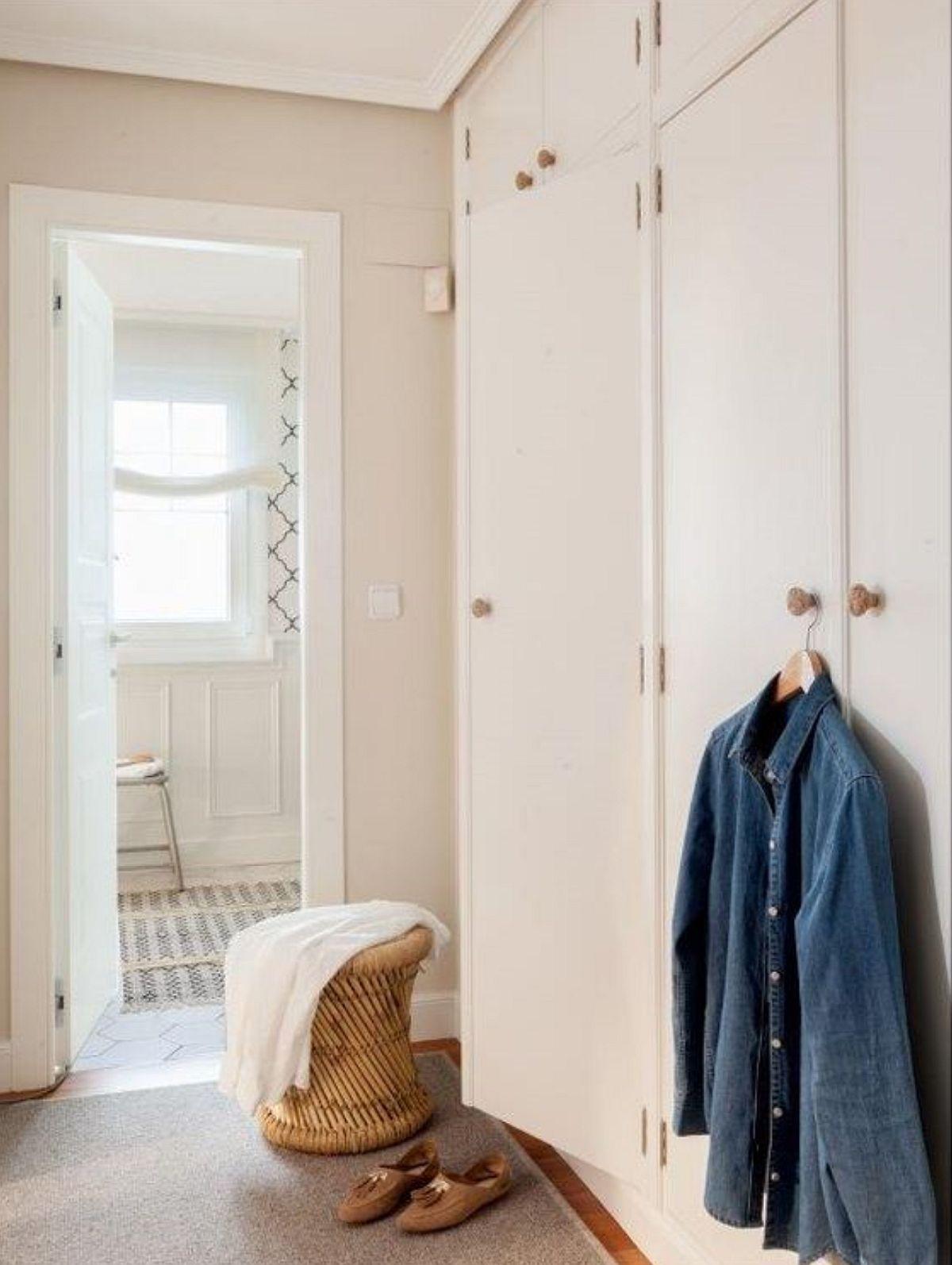 Pentru spațiu mai bine organizat, holul de la etaj a fost folosit la maximum pentru depozitare și este la fix acest dressing în zona de circulație dintre dormitor și baie.