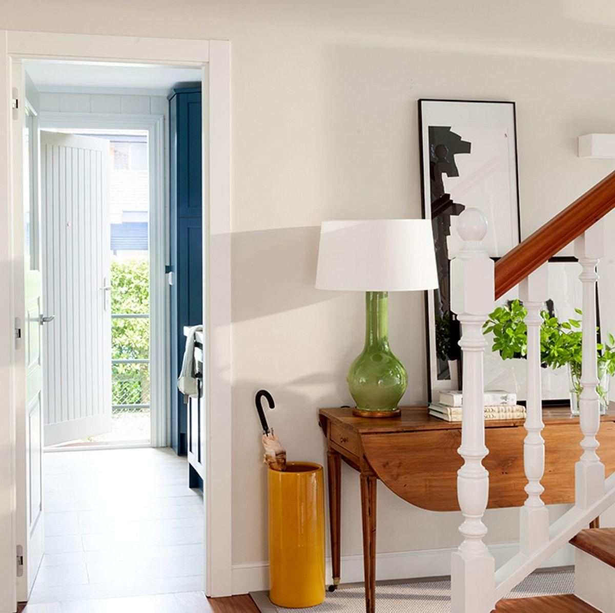 Prima încăpere care se deschide din hol este bucătăria. Spațiul de gătit are propria ușa de acces către exterior, așa că zona de circulație a fost debarasată de mobilă. În dreapta se ghicesc în spațiul bucătăriei corpurile înalte de mobilier în nuanță albastră, care adăpostesc electrocasnicele mari.